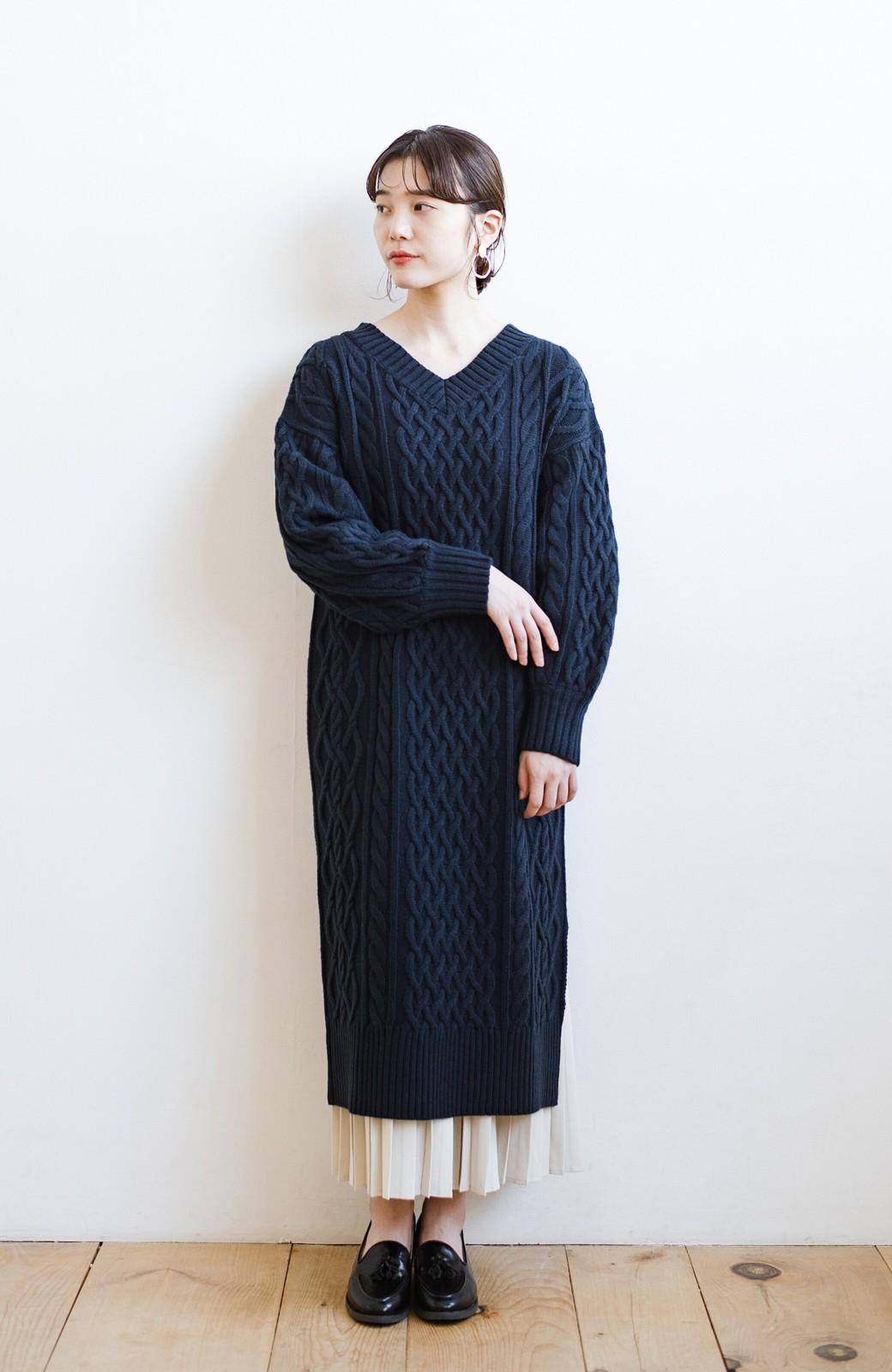 haco! パッと着て絶妙に女っぽい 重ね着にも便利なケーブルニットワンピース <ネイビー>の商品写真16