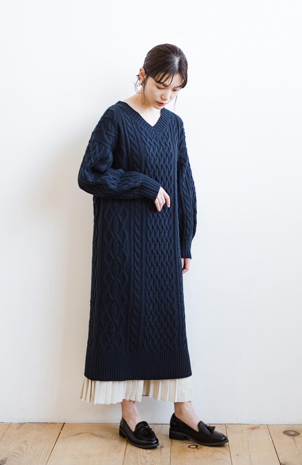 haco! パッと着て絶妙に女っぽい 重ね着にも便利なケーブルニットワンピース <ネイビー>の商品写真18