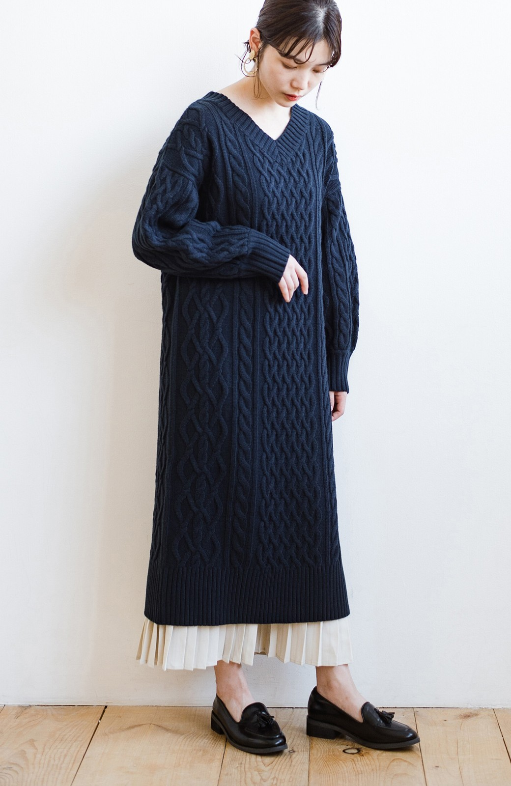 haco! パッと着て絶妙に女っぽい 重ね着にも便利なケーブルニットワンピース <ネイビー>の商品写真8