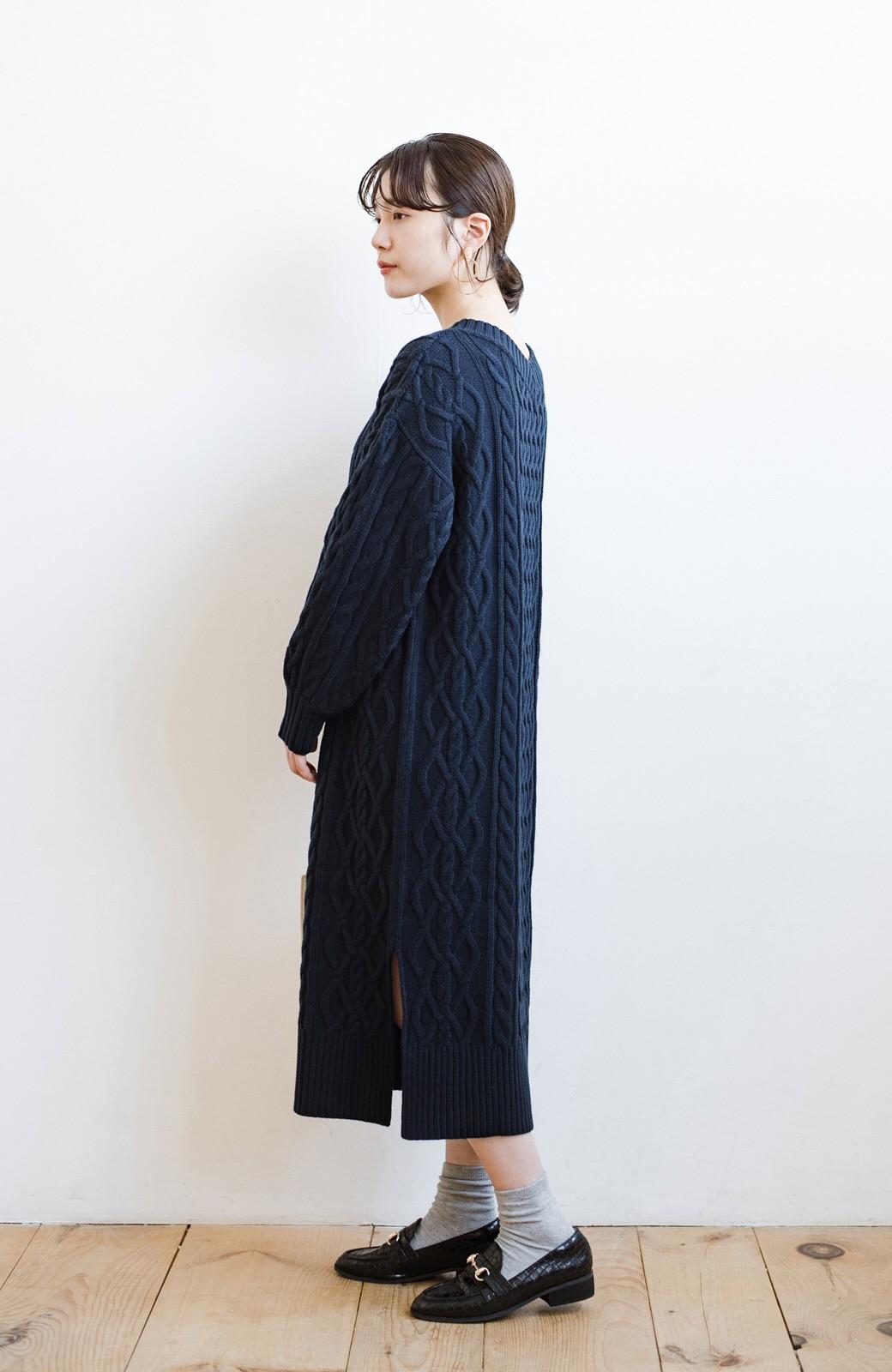 haco! パッと着て絶妙に女っぽい 重ね着にも便利なケーブルニットワンピース <ネイビー>の商品写真19