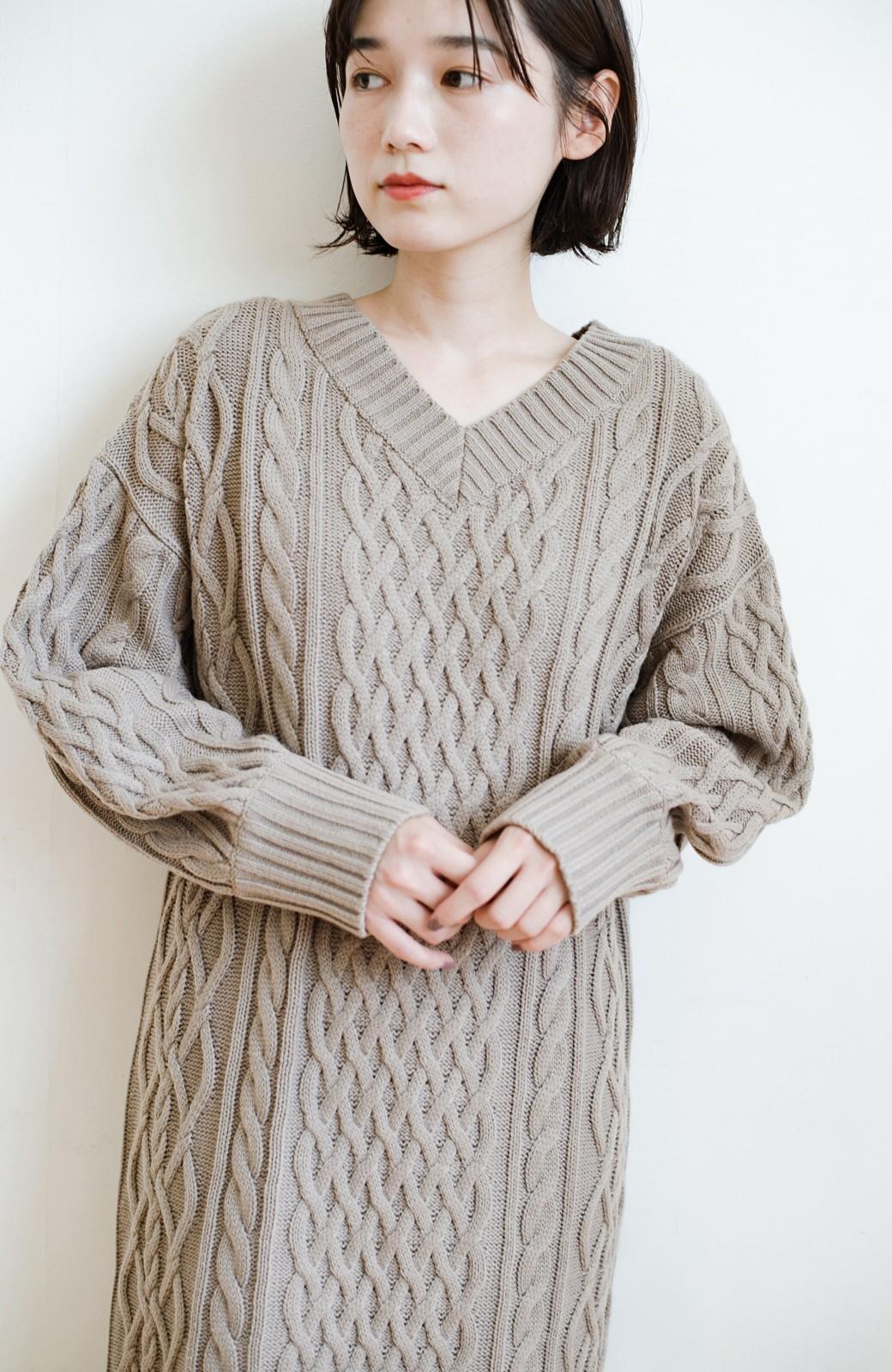 haco! パッと着て絶妙に女っぽい 重ね着にも便利なケーブルニットワンピース <グレイッシュベージュ>の商品写真5