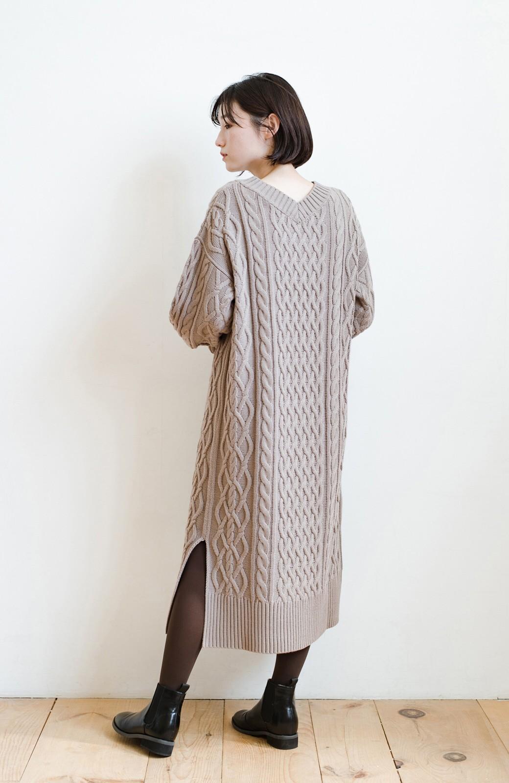 haco! パッと着て絶妙に女っぽい 重ね着にも便利なケーブルニットワンピース <グレイッシュベージュ>の商品写真21