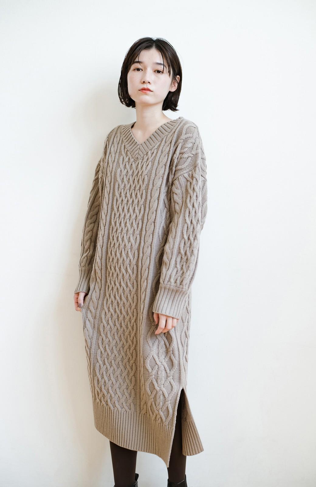 haco! パッと着て絶妙に女っぽい 重ね着にも便利なケーブルニットワンピース <グレイッシュベージュ>の商品写真22