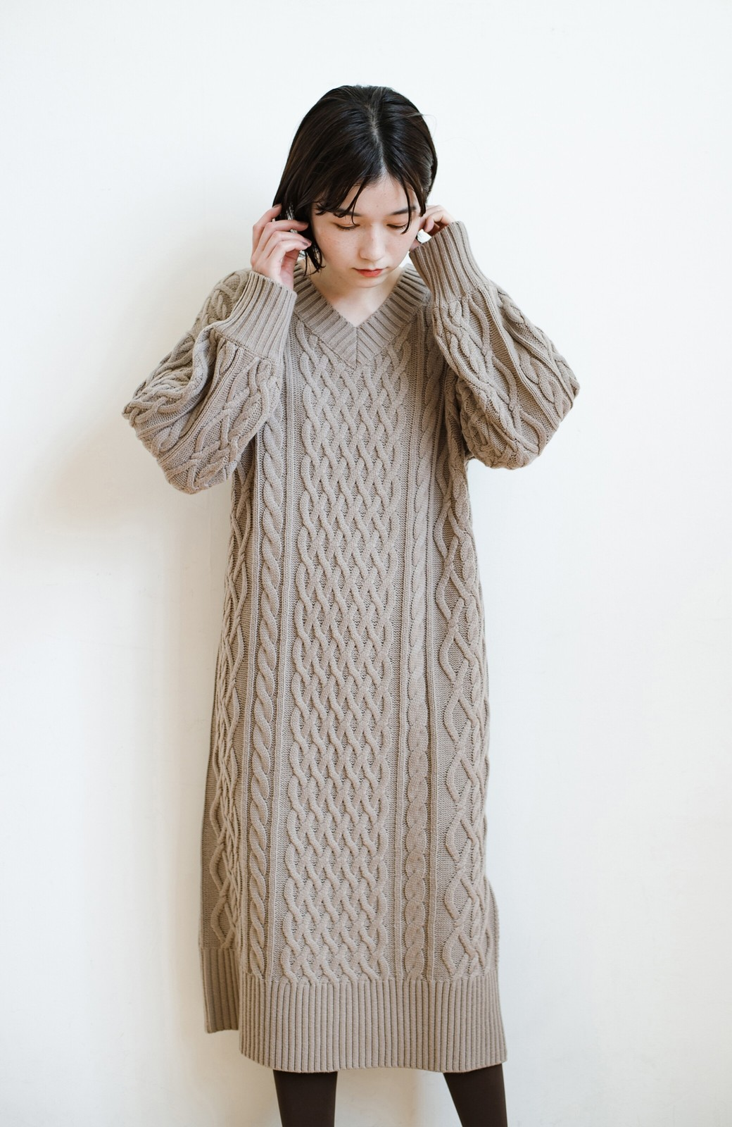 haco! パッと着て絶妙に女っぽい 重ね着にも便利なケーブルニットワンピース <グレイッシュベージュ>の商品写真23