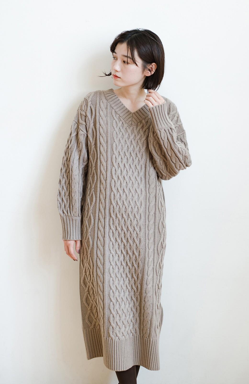 haco! パッと着て絶妙に女っぽい 重ね着にも便利なケーブルニットワンピース <グレイッシュベージュ>の商品写真24
