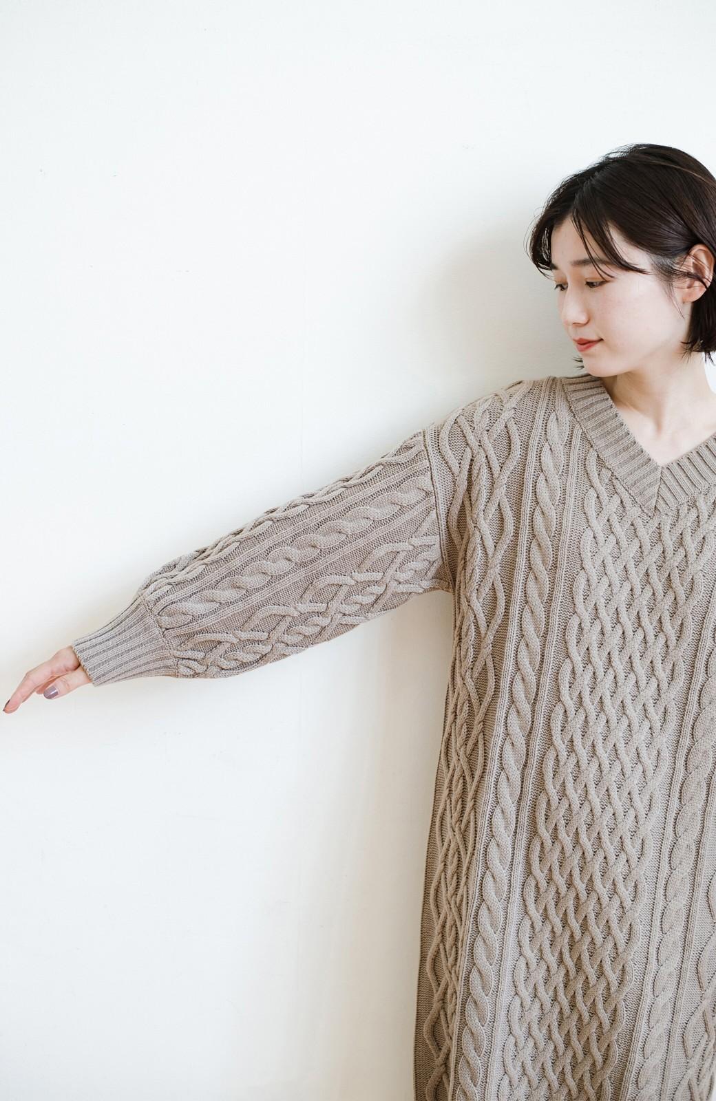 haco! パッと着て絶妙に女っぽい 重ね着にも便利なケーブルニットワンピース <グレイッシュベージュ>の商品写真26