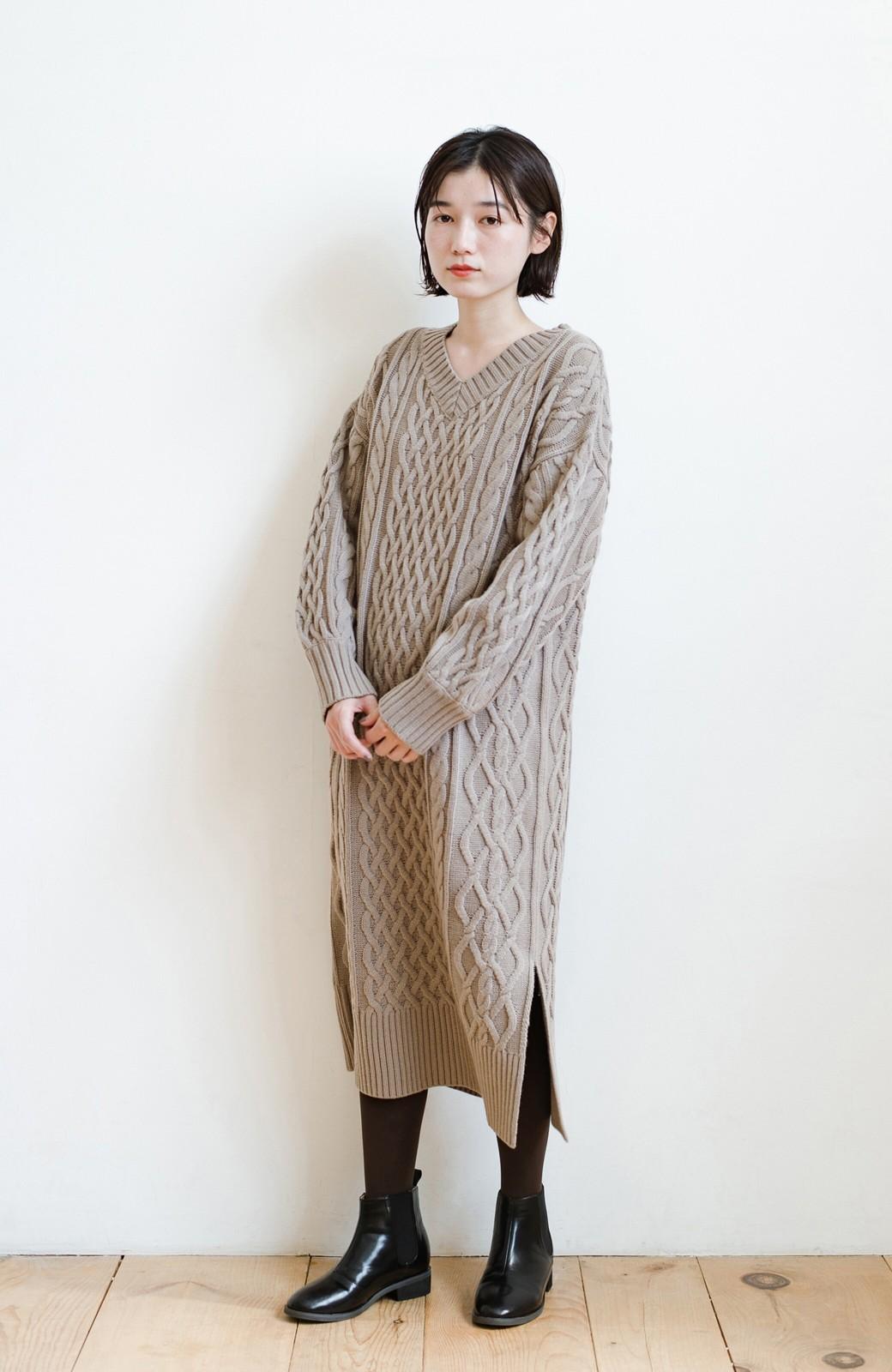 haco! パッと着て絶妙に女っぽい 重ね着にも便利なケーブルニットワンピース <グレイッシュベージュ>の商品写真10