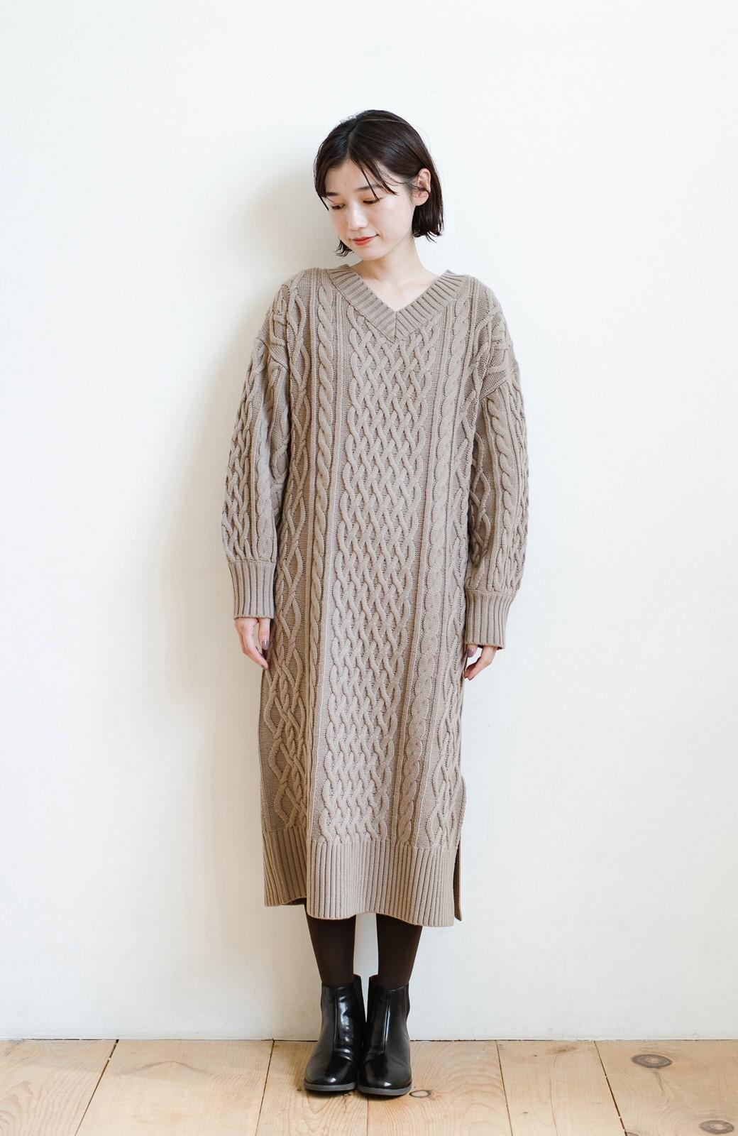 haco! パッと着て絶妙に女っぽい 重ね着にも便利なケーブルニットワンピース <グレイッシュベージュ>の商品写真11