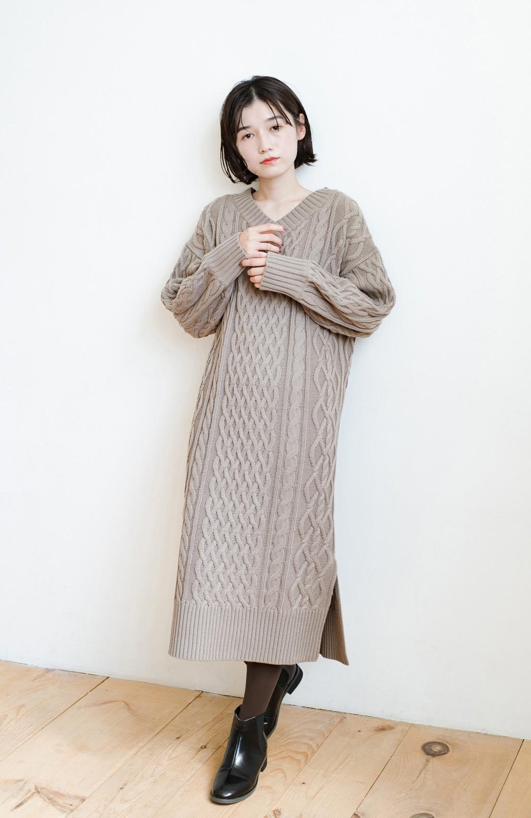 haco! パッと着て絶妙に女っぽい 重ね着にも便利なケーブルニットワンピース <グレイッシュベージュ>の商品写真14
