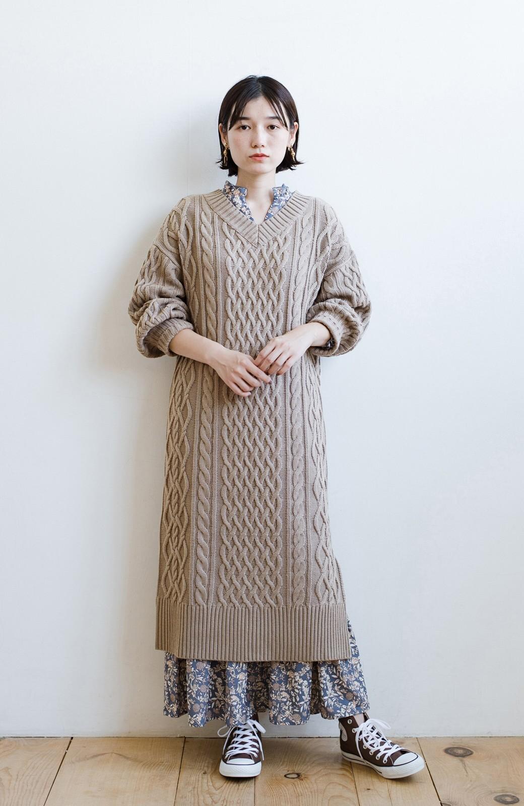 haco! パッと着て絶妙に女っぽい 重ね着にも便利なケーブルニットワンピース <グレイッシュベージュ>の商品写真15