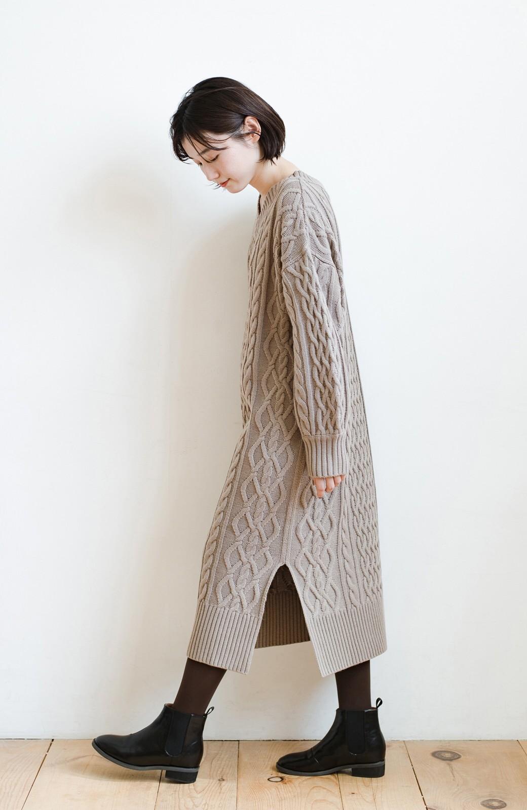 haco! パッと着て絶妙に女っぽい 重ね着にも便利なケーブルニットワンピース <グレイッシュベージュ>の商品写真16
