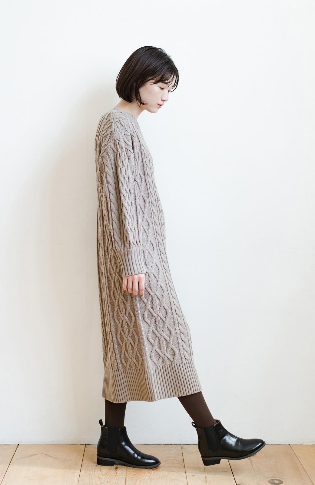 haco! パッと着て絶妙に女っぽい 重ね着にも便利なケーブルニットワンピース <グレイッシュベージュ>の商品写真17