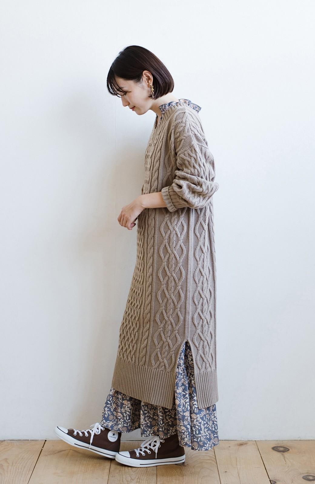 haco! パッと着て絶妙に女っぽい 重ね着にも便利なケーブルニットワンピース <グレイッシュベージュ>の商品写真20