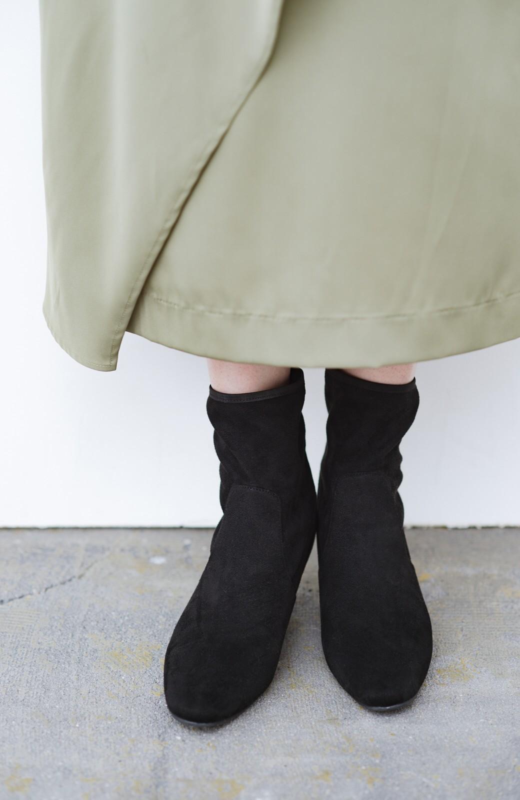 haco! デニムにもスカートにも似合う!すぽっと履けてスタイルアップが叶う女っぽフェイクスエードブーツ <ブラック>の商品写真4