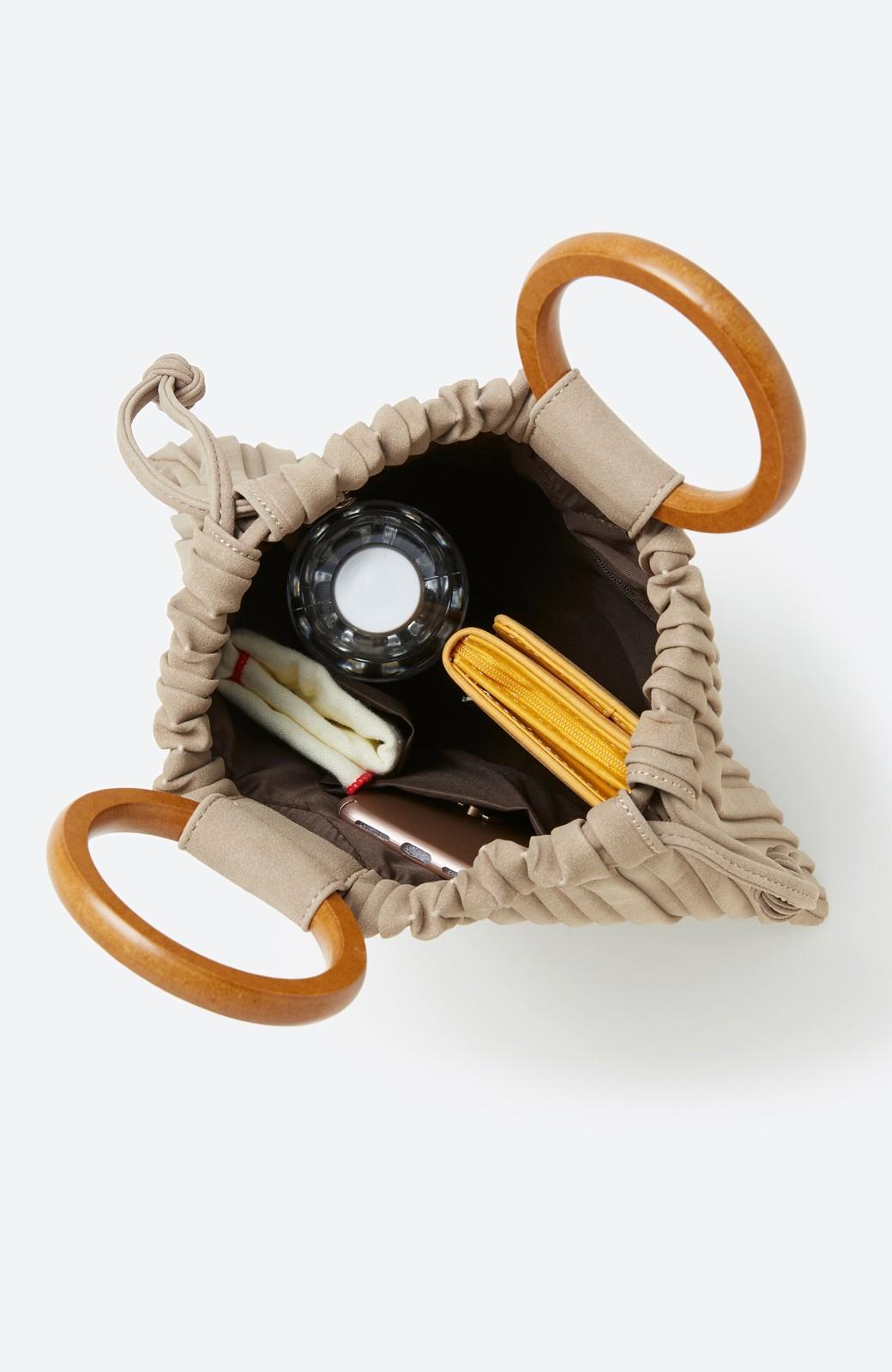 haco! パッと持ってコーデのポイントになる フェイクスエードがやさしい雰囲気の2WAYプリーツバッグ <ベージュ>の商品写真3