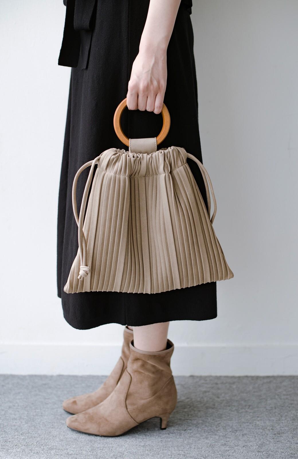 haco! パッと持ってコーデのポイントになる フェイクスエードがやさしい雰囲気の2WAYプリーツバッグ <ベージュ>の商品写真4