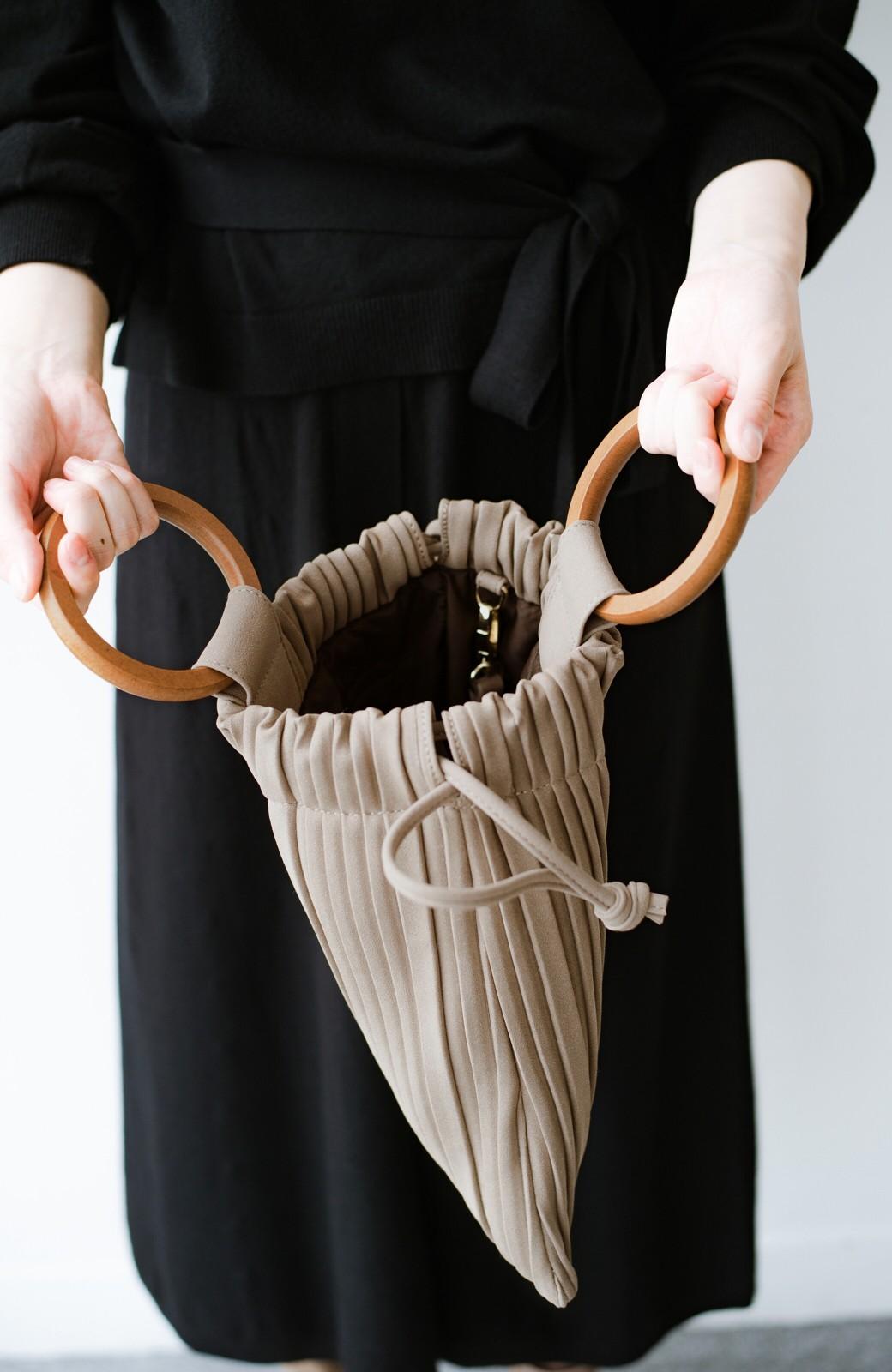 haco! パッと持ってコーデのポイントになる フェイクスエードがやさしい雰囲気の2WAYプリーツバッグ <ベージュ>の商品写真5