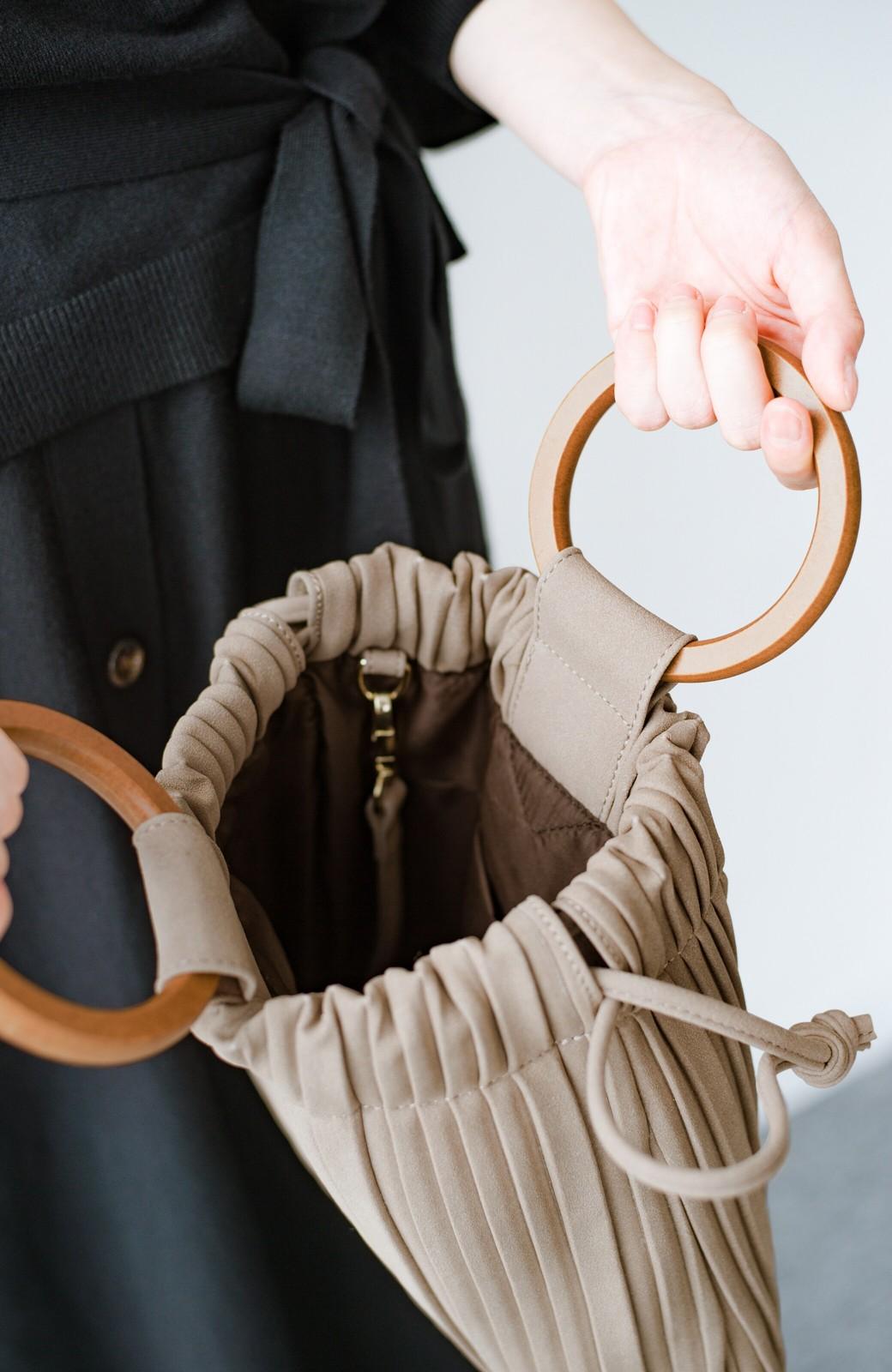haco! パッと持ってコーデのポイントになる フェイクスエードがやさしい雰囲気の2WAYプリーツバッグ <ベージュ>の商品写真6