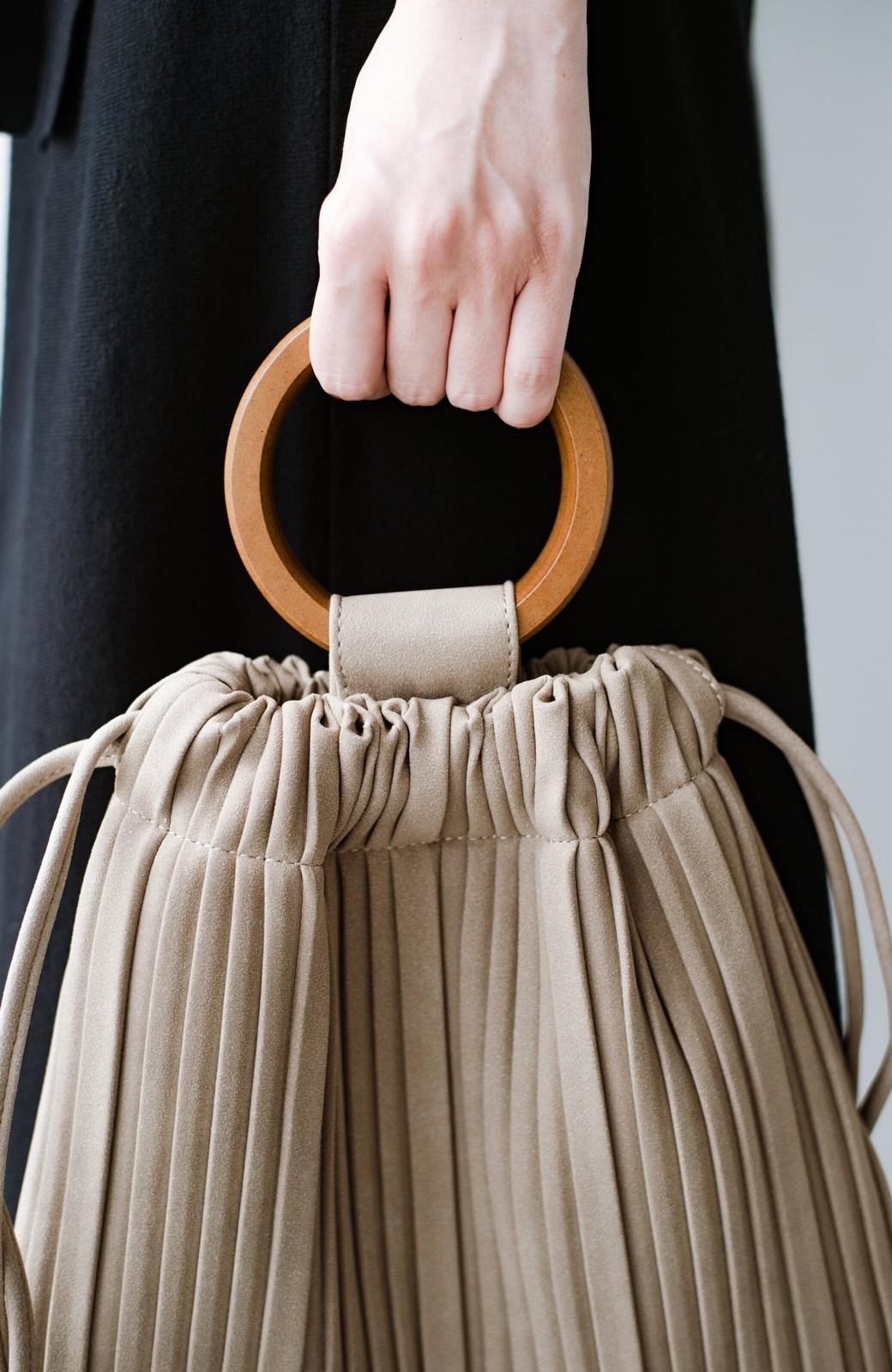 haco! パッと持ってコーデのポイントになる フェイクスエードがやさしい雰囲気の2WAYプリーツバッグ <ベージュ>の商品写真7