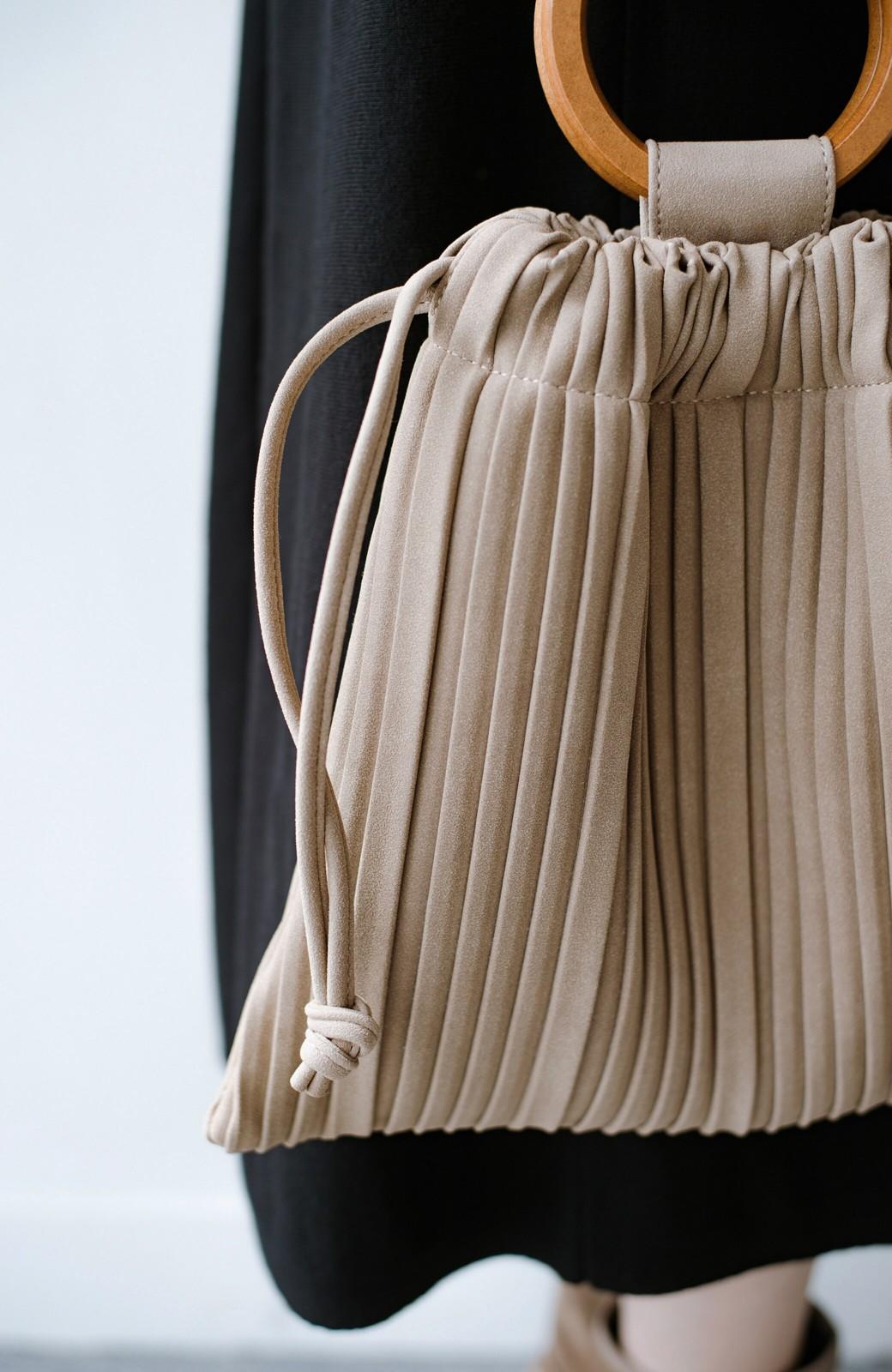 haco! パッと持ってコーデのポイントになる フェイクスエードがやさしい雰囲気の2WAYプリーツバッグ <ベージュ>の商品写真8