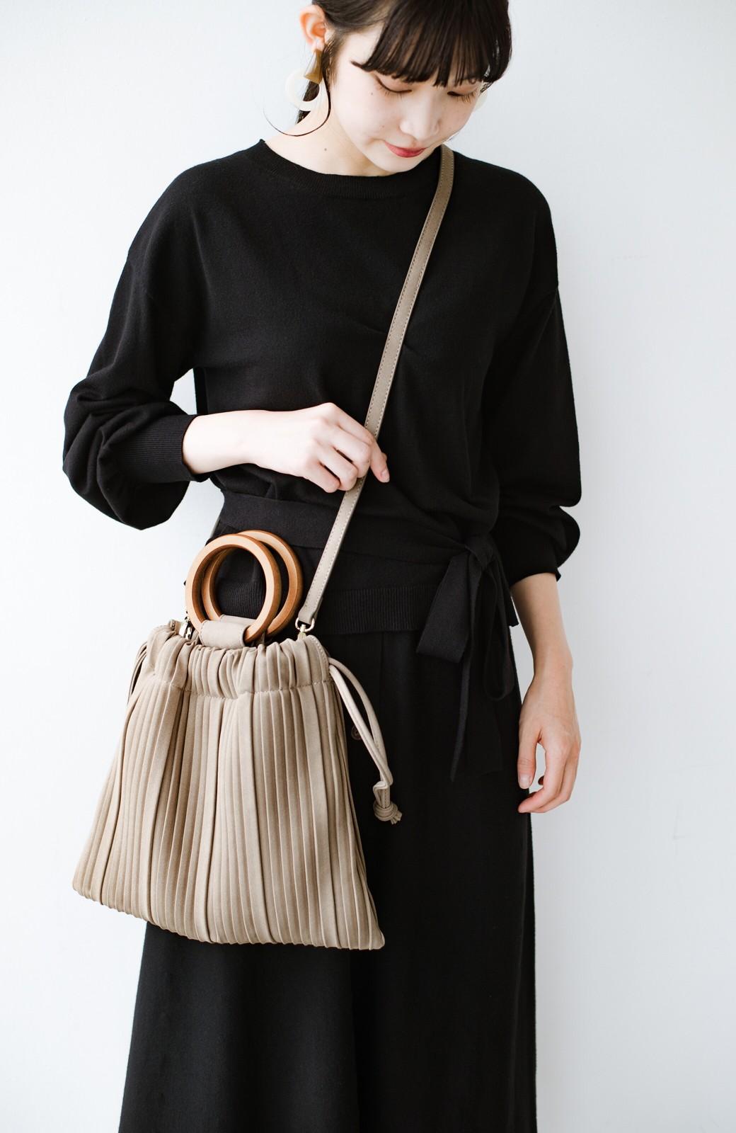 haco! パッと持ってコーデのポイントになる フェイクスエードがやさしい雰囲気の2WAYプリーツバッグ <ベージュ>の商品写真1