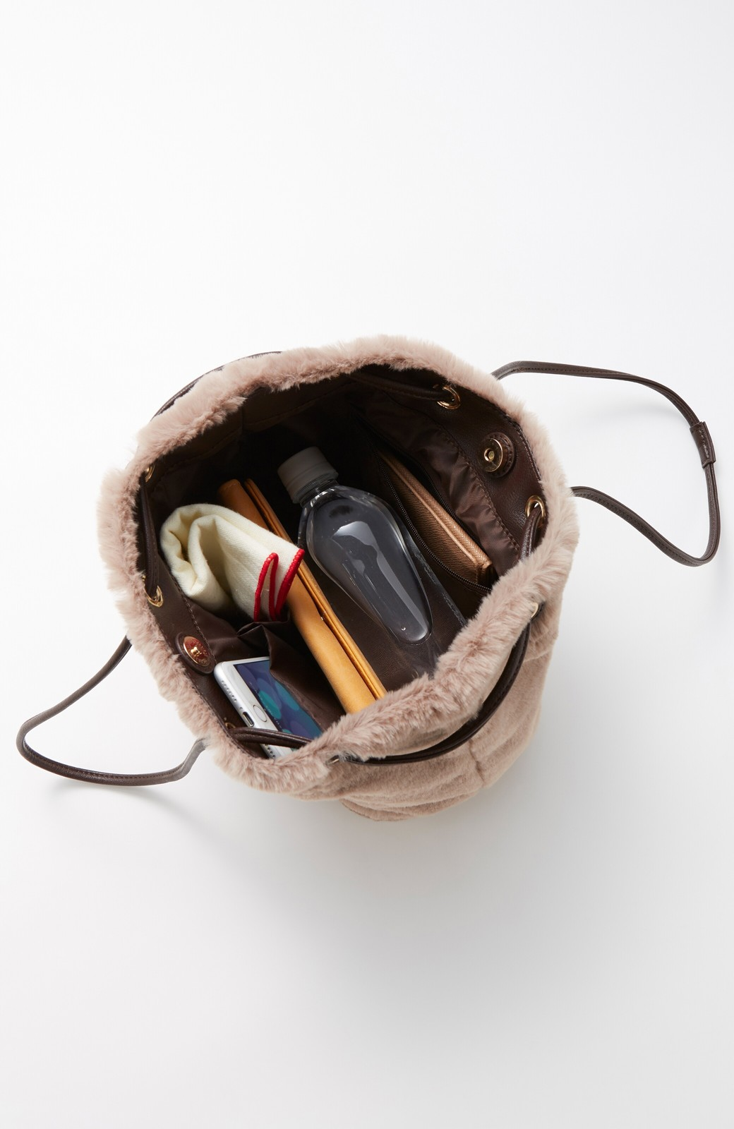 haco! さっと持って気分が上がる ふわっとかわいいエコファー巾着バッグ <チャコールグレー>の商品写真3