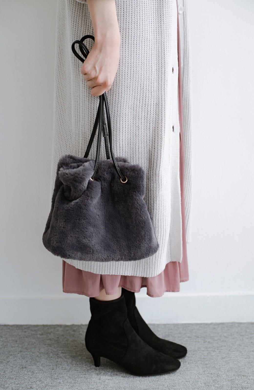 haco! さっと持って気分が上がる ふわっとかわいいエコファー巾着バッグ <チャコールグレー>の商品写真1
