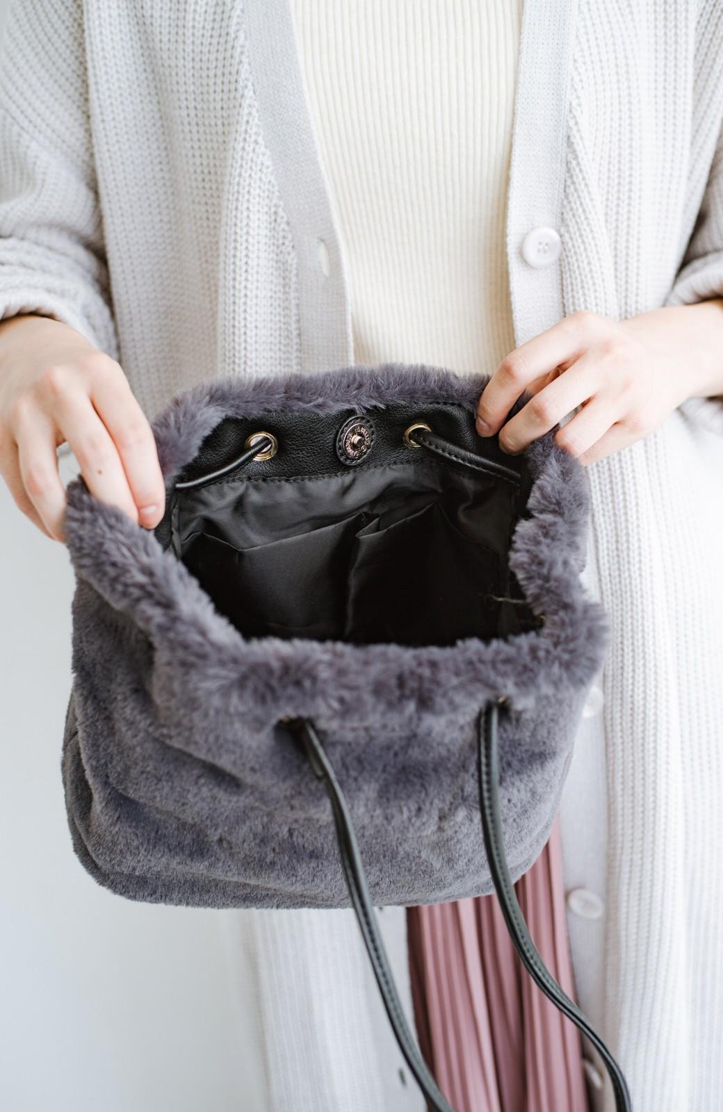 haco! さっと持って気分が上がる ふわっとかわいいエコファー巾着バッグ <チャコールグレー>の商品写真6