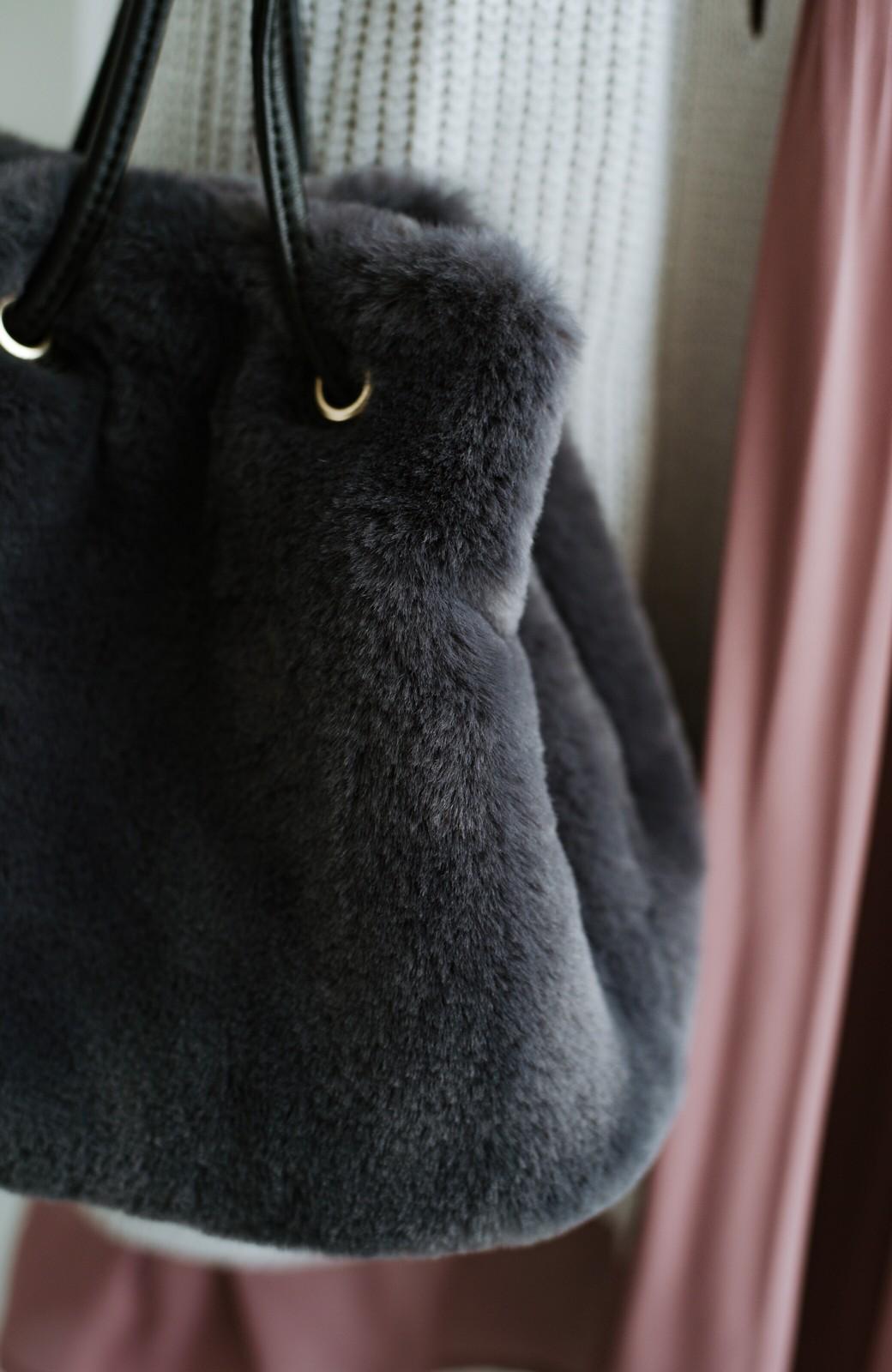 haco! さっと持って気分が上がる ふわっとかわいいエコファー巾着バッグ <チャコールグレー>の商品写真7