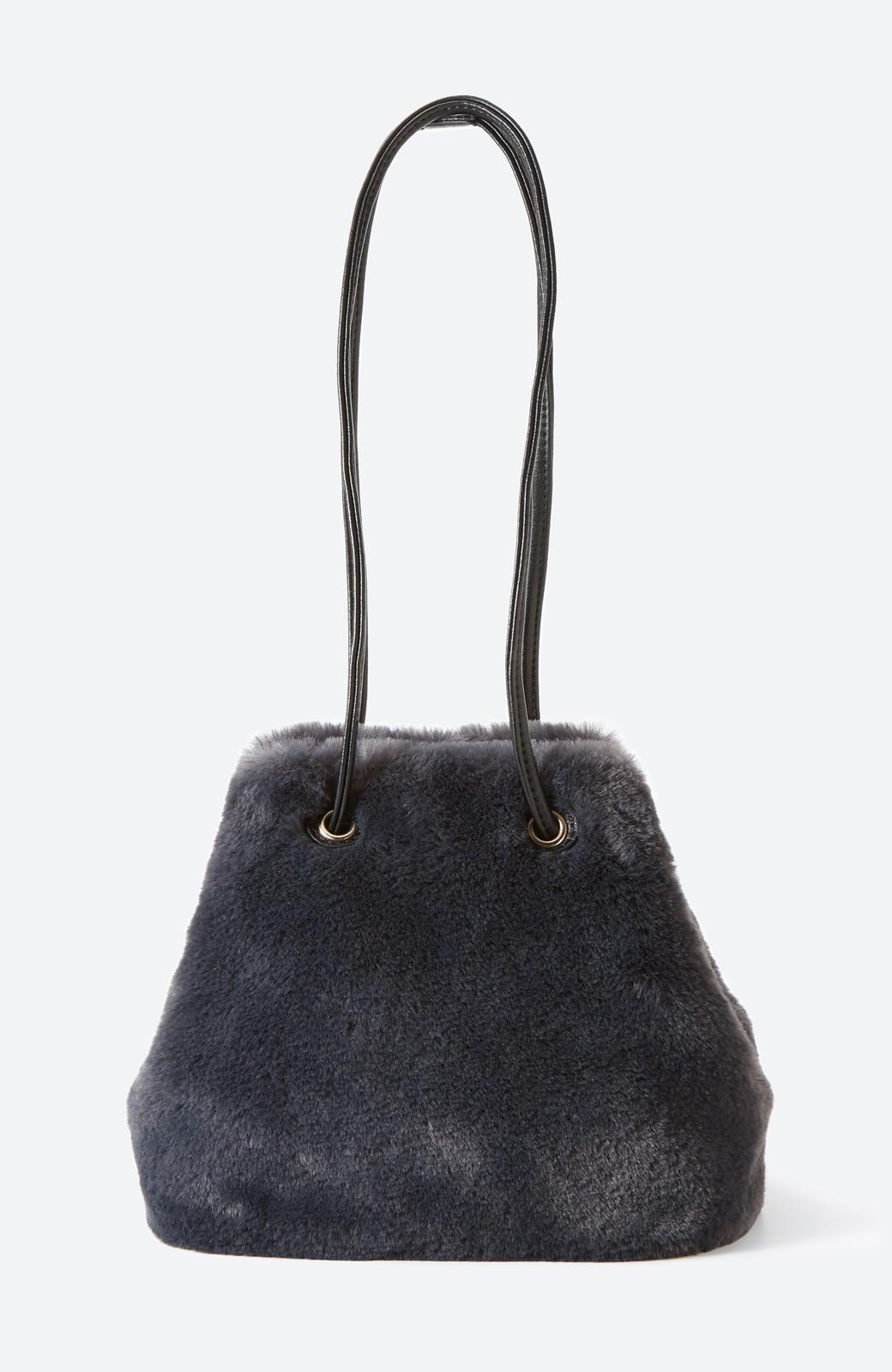 haco! さっと持って気分が上がる ふわっとかわいいエコファー巾着バッグ <チャコールグレー>の商品写真2