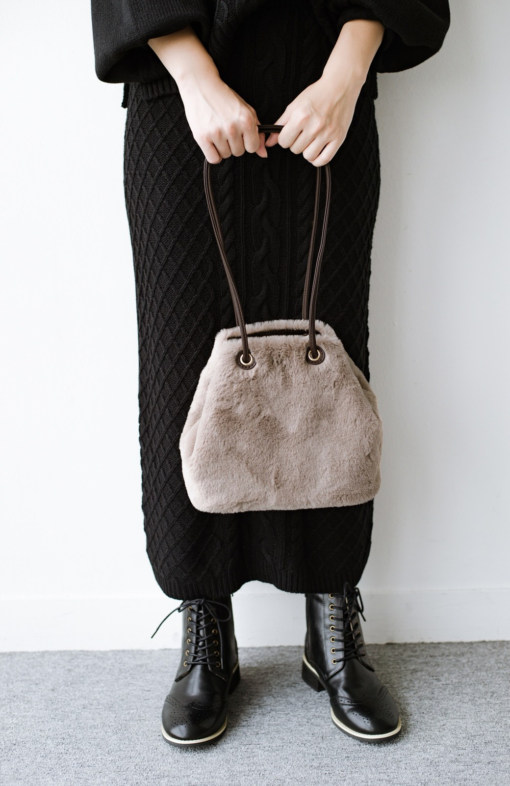 haco! さっと持って気分が上がる ふわっとかわいいエコファー巾着バッグ <グレイッシュベージュ>の商品写真4