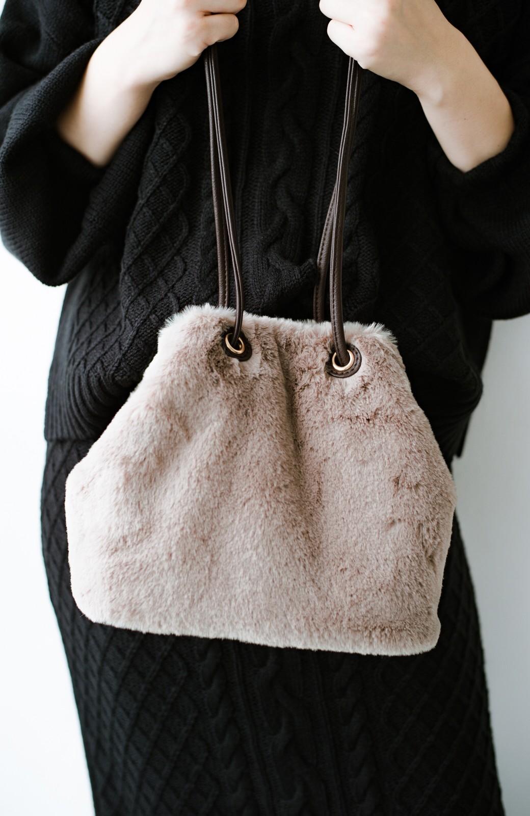 haco! さっと持って気分が上がる ふわっとかわいいエコファー巾着バッグ <グレイッシュベージュ>の商品写真5