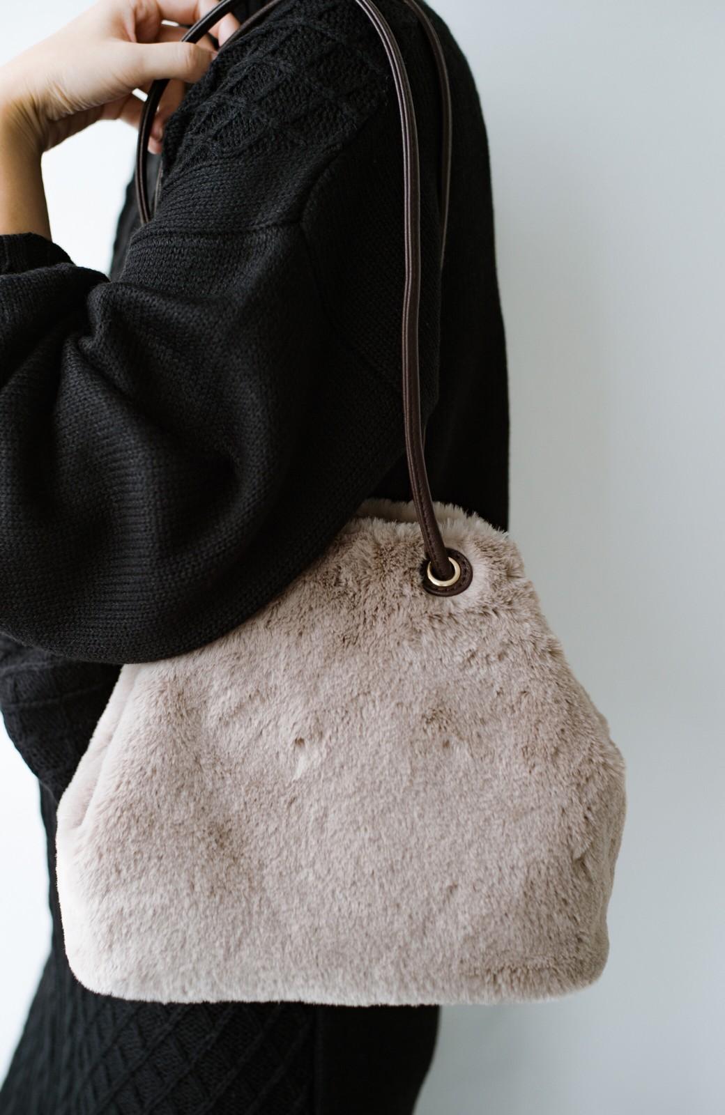 haco! さっと持って気分が上がる ふわっとかわいいエコファー巾着バッグ <グレイッシュベージュ>の商品写真6