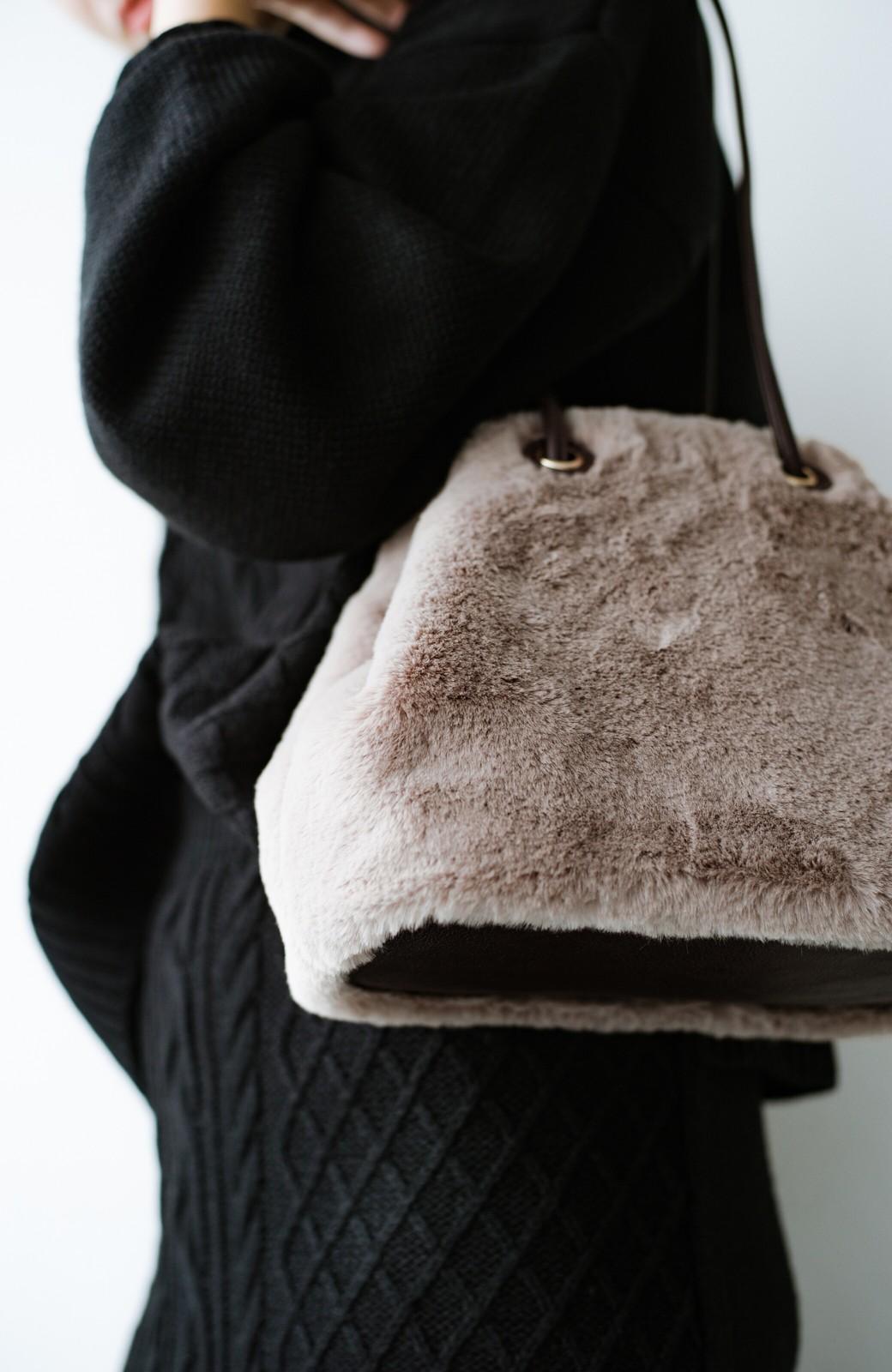 haco! さっと持って気分が上がる ふわっとかわいいエコファー巾着バッグ <グレイッシュベージュ>の商品写真7