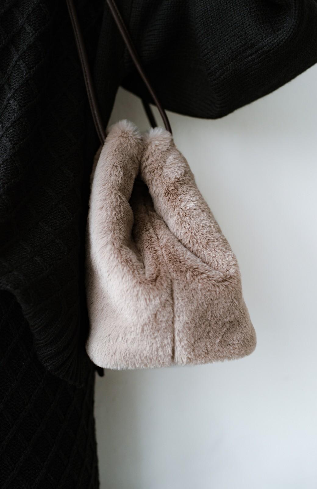 haco! さっと持って気分が上がる ふわっとかわいいエコファー巾着バッグ <グレイッシュベージュ>の商品写真8