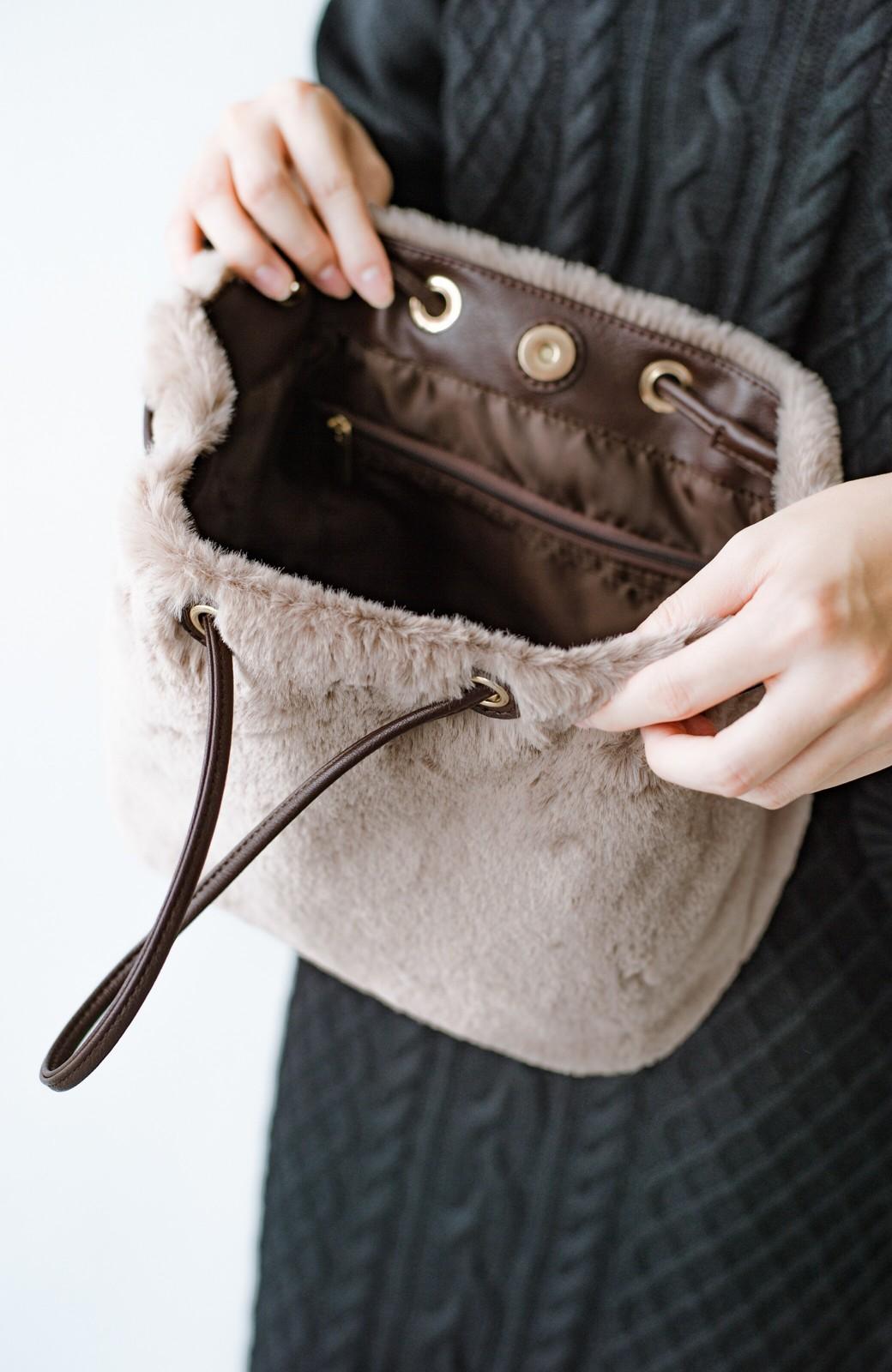 haco! さっと持って気分が上がる ふわっとかわいいエコファー巾着バッグ <グレイッシュベージュ>の商品写真9