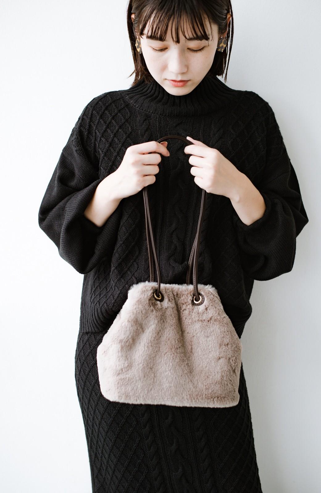 haco! さっと持って気分が上がる ふわっとかわいいエコファー巾着バッグ <グレイッシュベージュ>の商品写真1