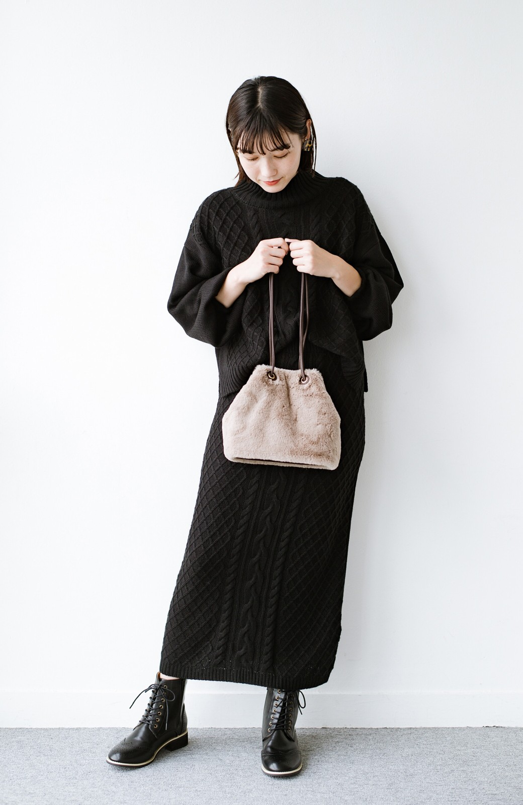 haco! さっと持って気分が上がる ふわっとかわいいエコファー巾着バッグ <グレイッシュベージュ>の商品写真14