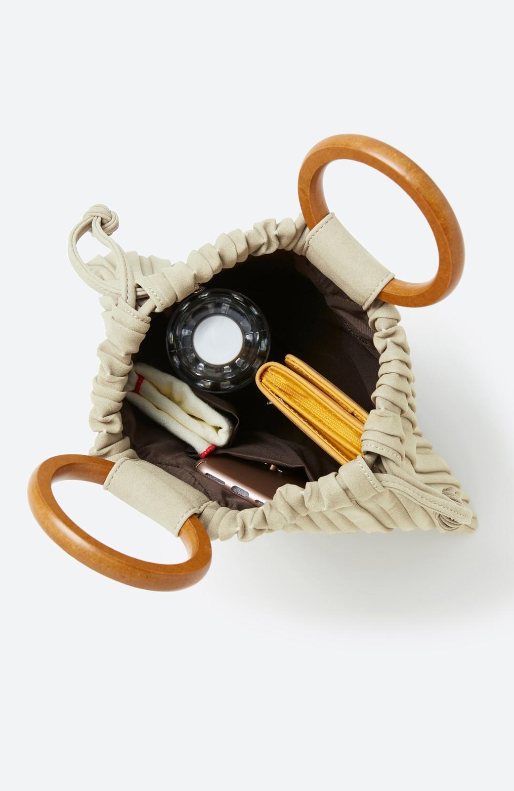 haco! パッと持ってコーデのポイントになる フェイクスエードがやさしい雰囲気の2WAYプリーツバッグ <アイボリー>の商品写真3