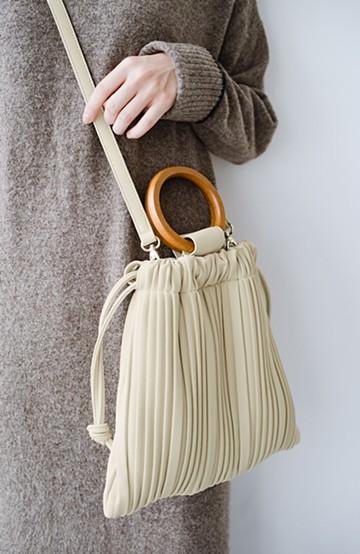 haco! パッと持ってコーデのポイントになる フェイクスエードがやさしい雰囲気の2WAYプリーツバッグ <アイボリー>の商品写真