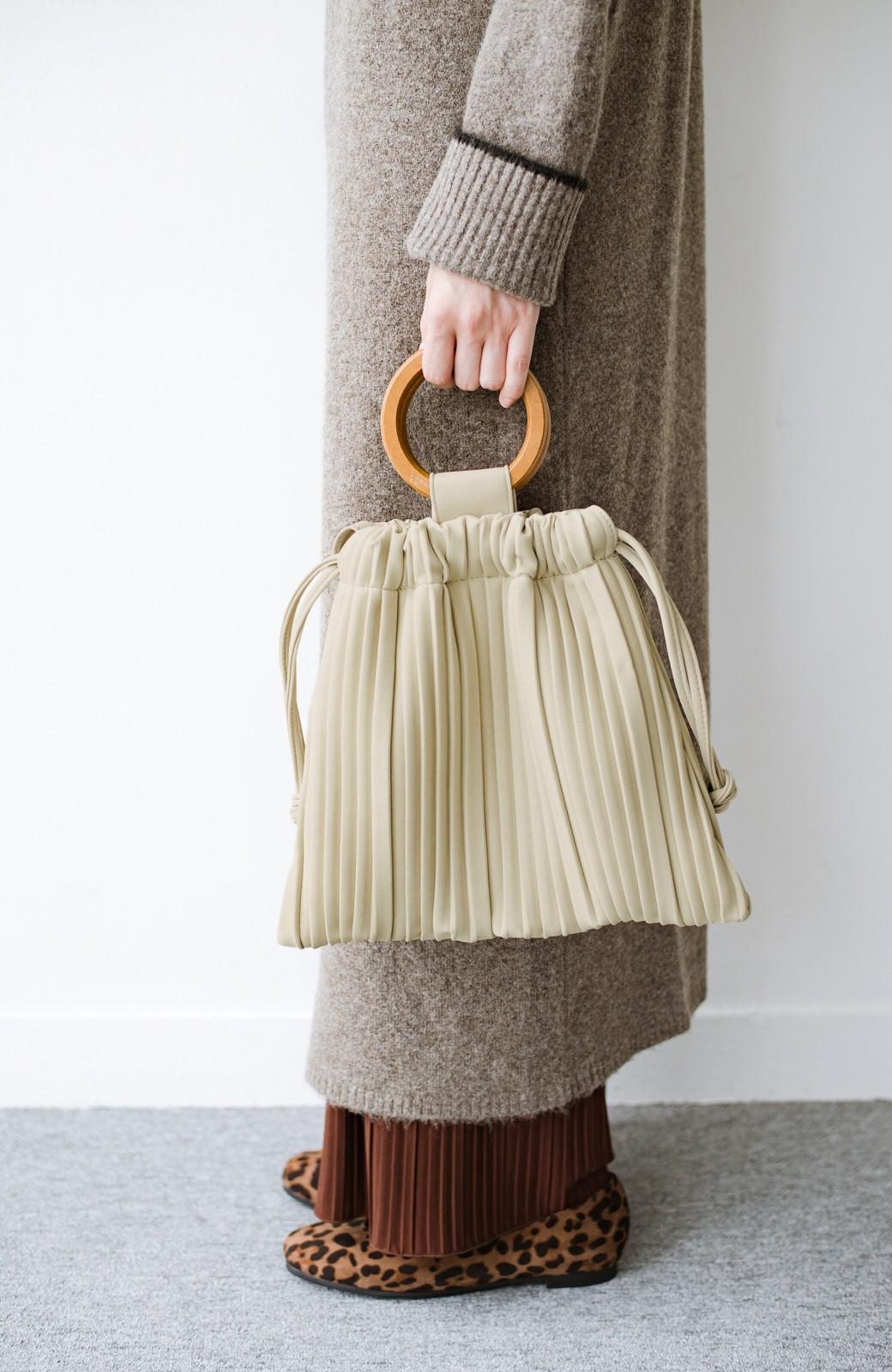 haco! パッと持ってコーデのポイントになる フェイクスエードがやさしい雰囲気の2WAYプリーツバッグ <アイボリー>の商品写真4