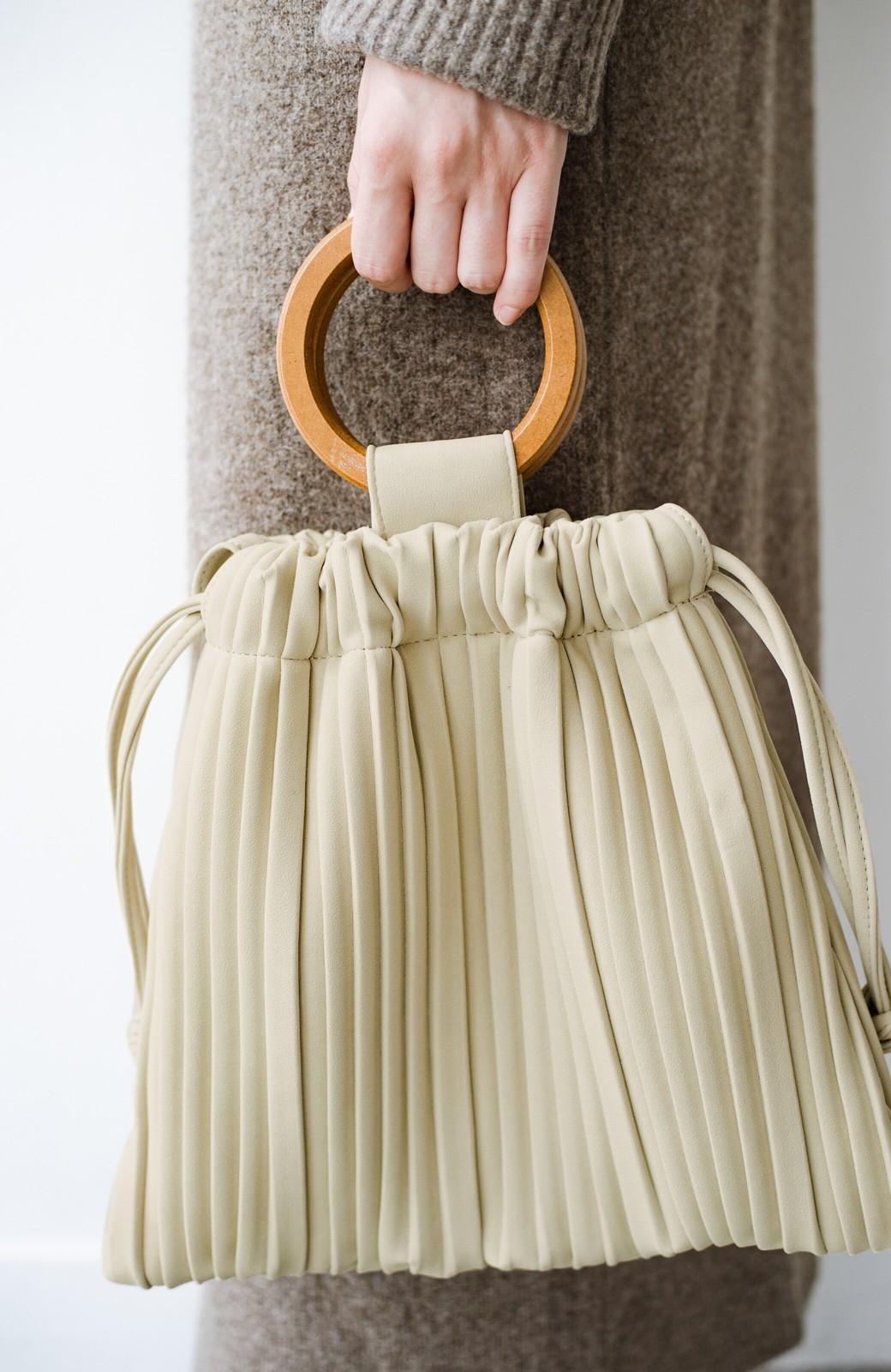 haco! パッと持ってコーデのポイントになる フェイクスエードがやさしい雰囲気の2WAYプリーツバッグ <アイボリー>の商品写真5