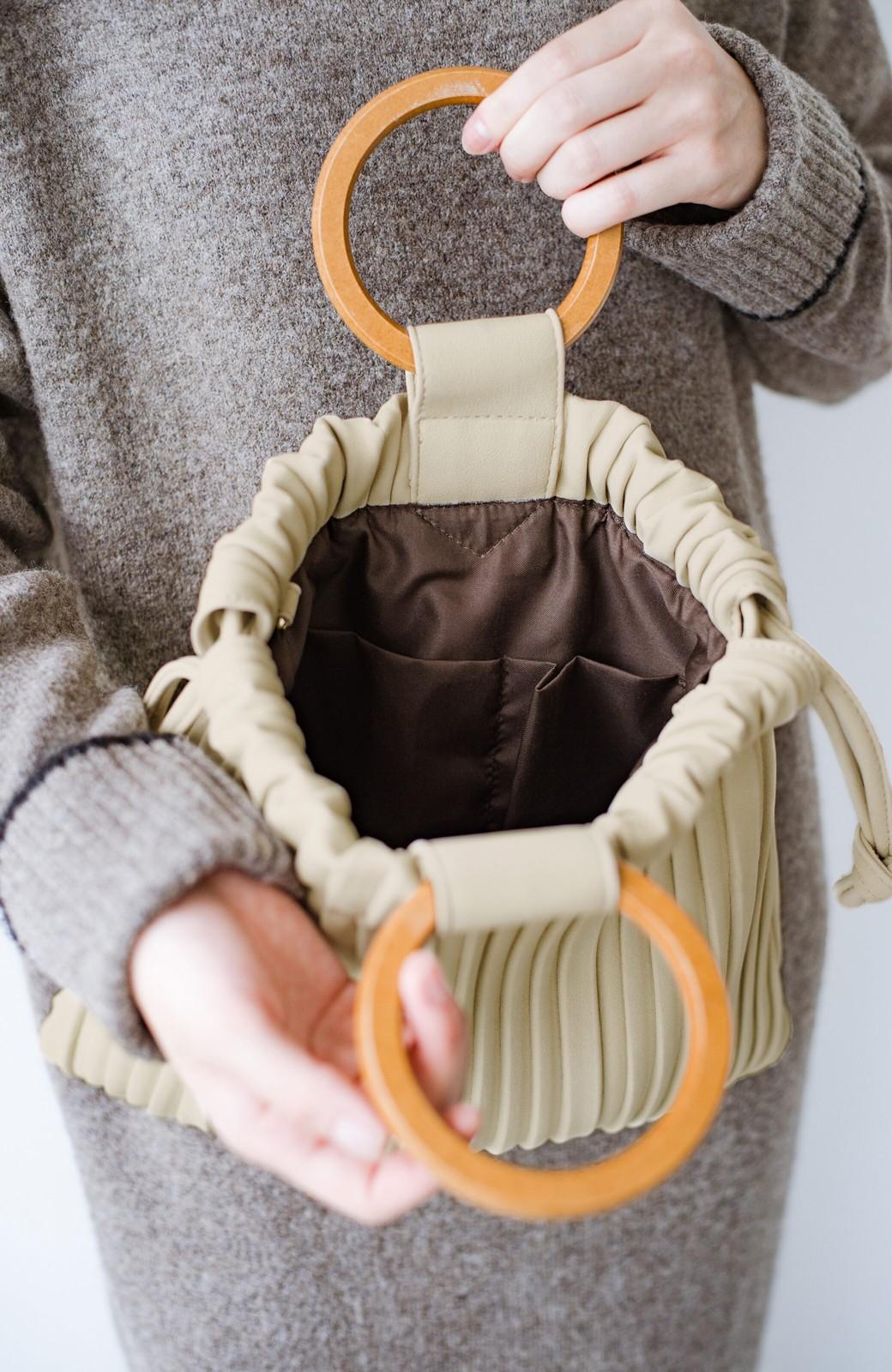 haco! パッと持ってコーデのポイントになる フェイクスエードがやさしい雰囲気の2WAYプリーツバッグ <アイボリー>の商品写真6