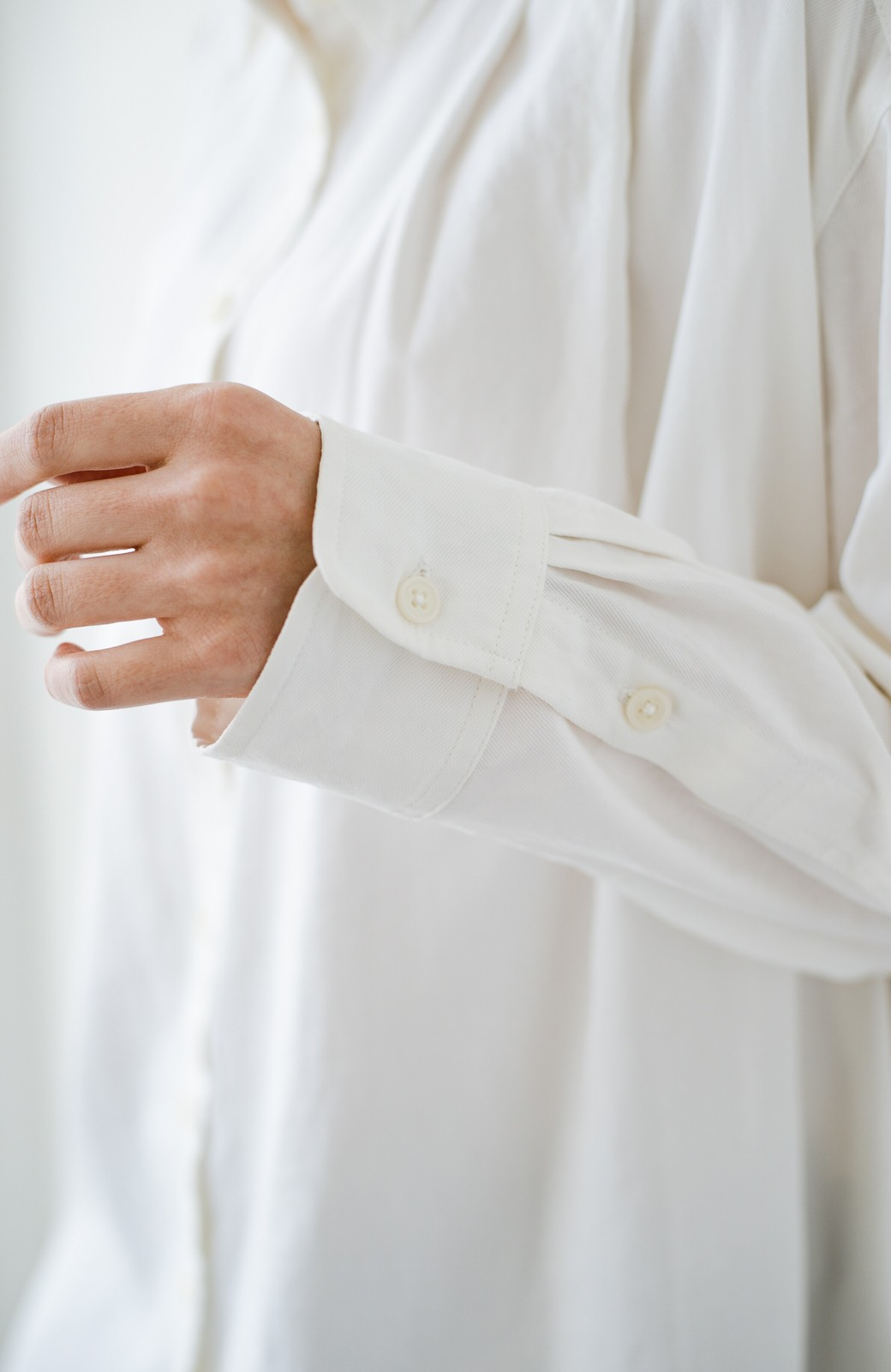 haco! ニットとのこなれた重ね着が簡単にできる!なめらか素材でつくった大人のためのシンプルシャツ <ホワイト>の商品写真8