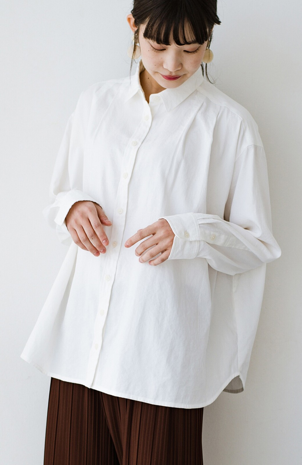haco! ニットとのこなれた重ね着が簡単にできる!なめらか素材でつくった大人のためのシンプルシャツ <ホワイト>の商品写真5