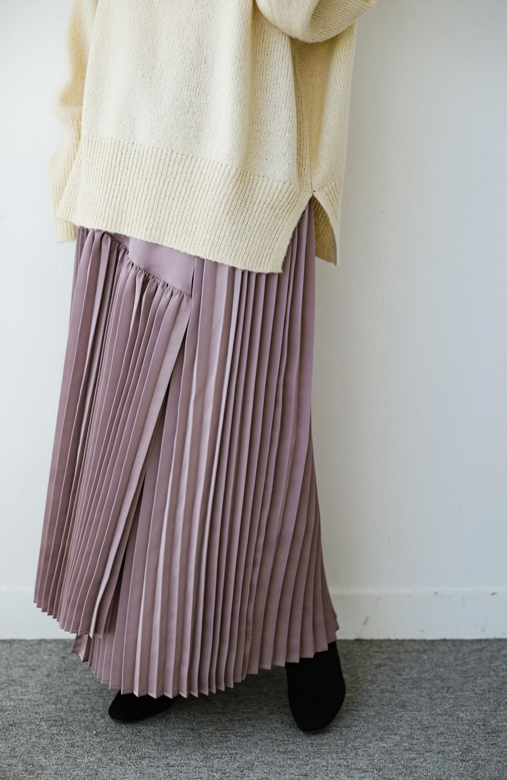 haco! 【スザンヌさんコラボ】スウェットもTシャツも着映えさせる!ラップデザイン風アシンメトリーサテンプリーツスカート by LOVE&PEACE PROJECT <スモークピンク>の商品写真1