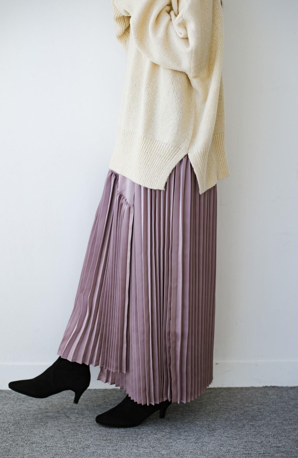 haco! 【スザンヌさんコラボ】スウェットもTシャツも着映えさせる!ラップデザイン風アシンメトリーサテンプリーツスカート by LOVE&PEACE PROJECT <スモークピンク>の商品写真3