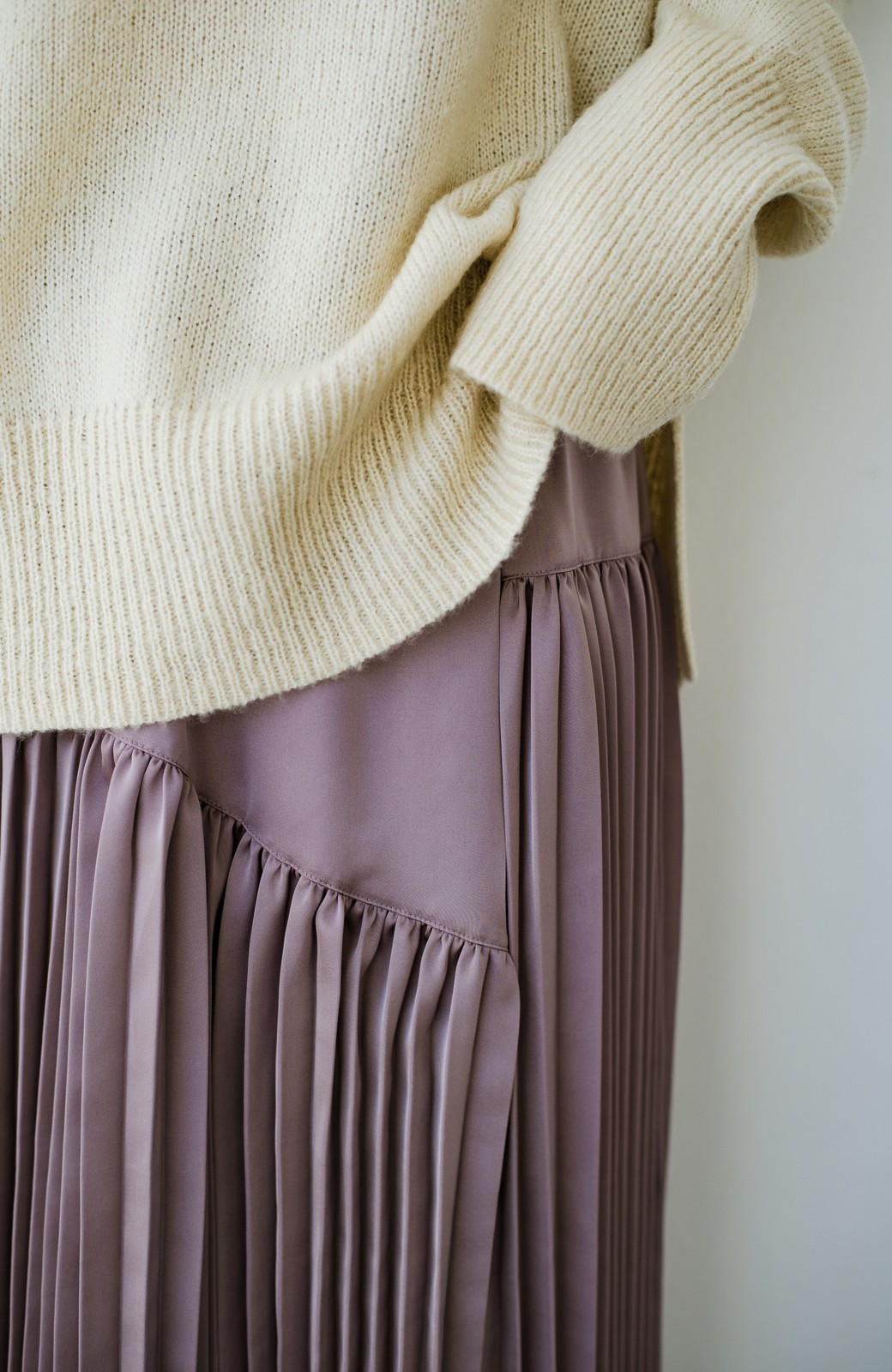 haco! 【スザンヌさんコラボ】スウェットもTシャツも着映えさせる!ラップデザイン風アシンメトリーサテンプリーツスカート by LOVE&PEACE PROJECT <スモークピンク>の商品写真20