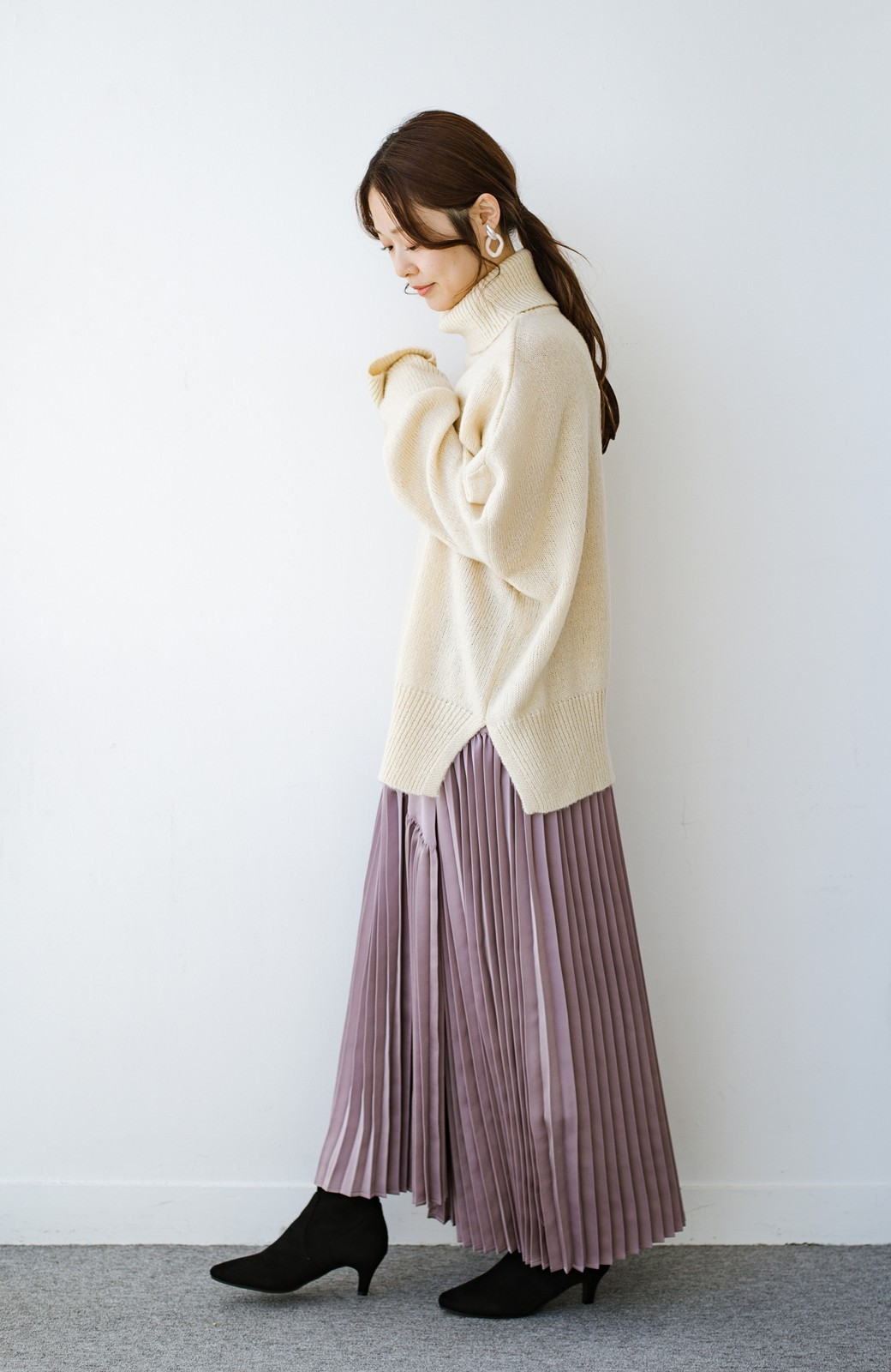 haco! 【スザンヌさんコラボ】スウェットもTシャツも着映えさせる!ラップデザイン風アシンメトリーサテンプリーツスカート by LOVE&PEACE PROJECT <スモークピンク>の商品写真4