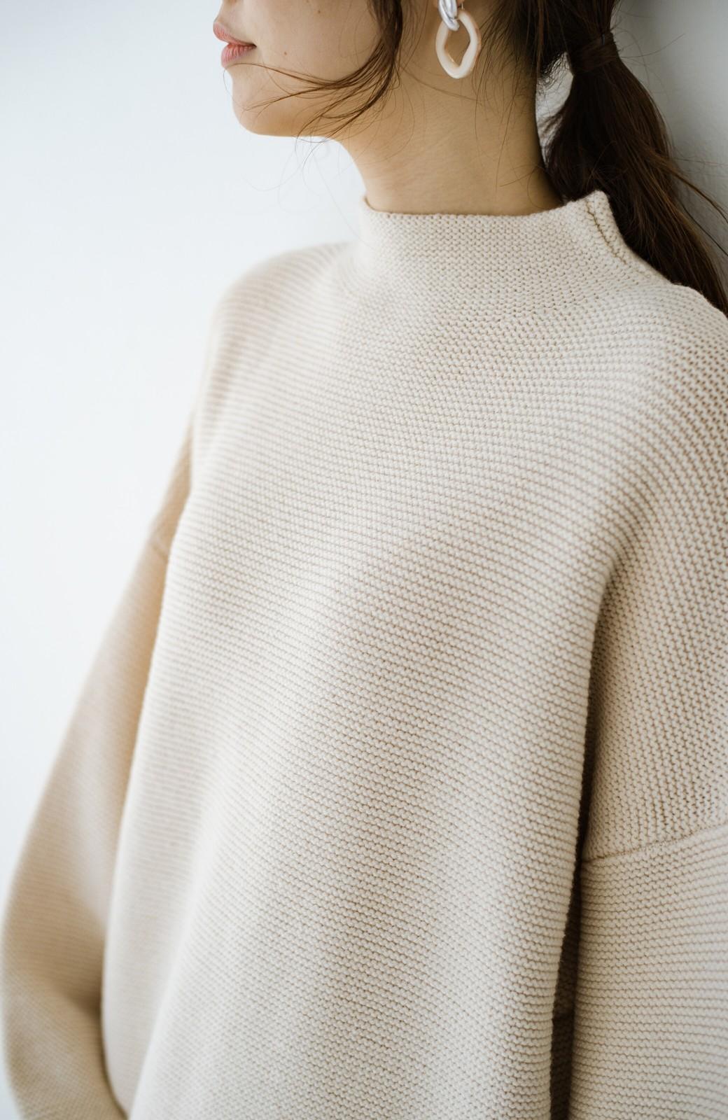 haco! ゆるシルエットも大人っぽい雰囲気にしてくれる 編地がきれいなハイネックニットトップス <オフホワイト>の商品写真3